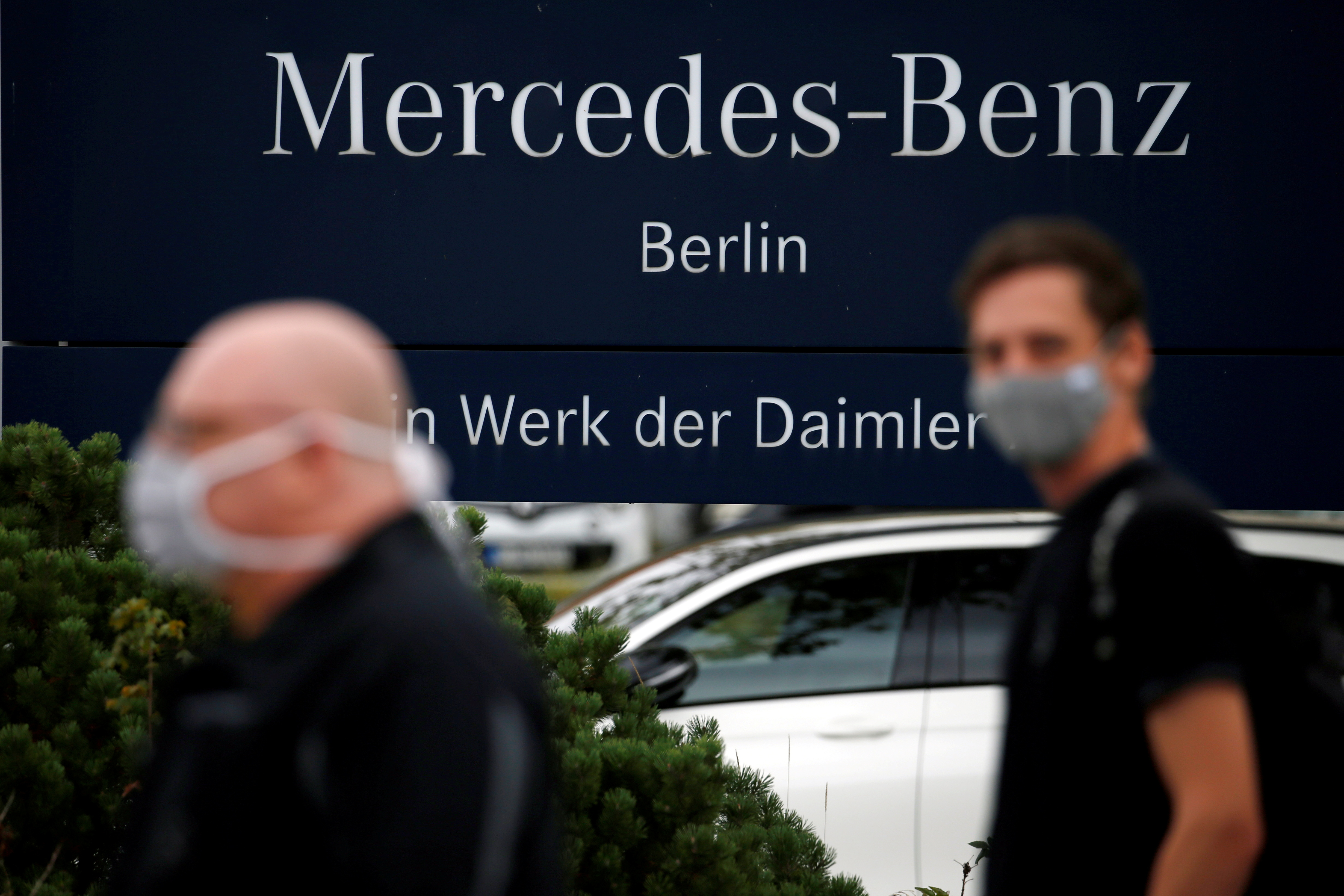 Daimler AG employees arrive to hold a meeting at the Mercedes-Benz Plant at Marienfelde in Berlin, Germany, September 24, 2020. REUTERS/Michele Tantussi/File Photo