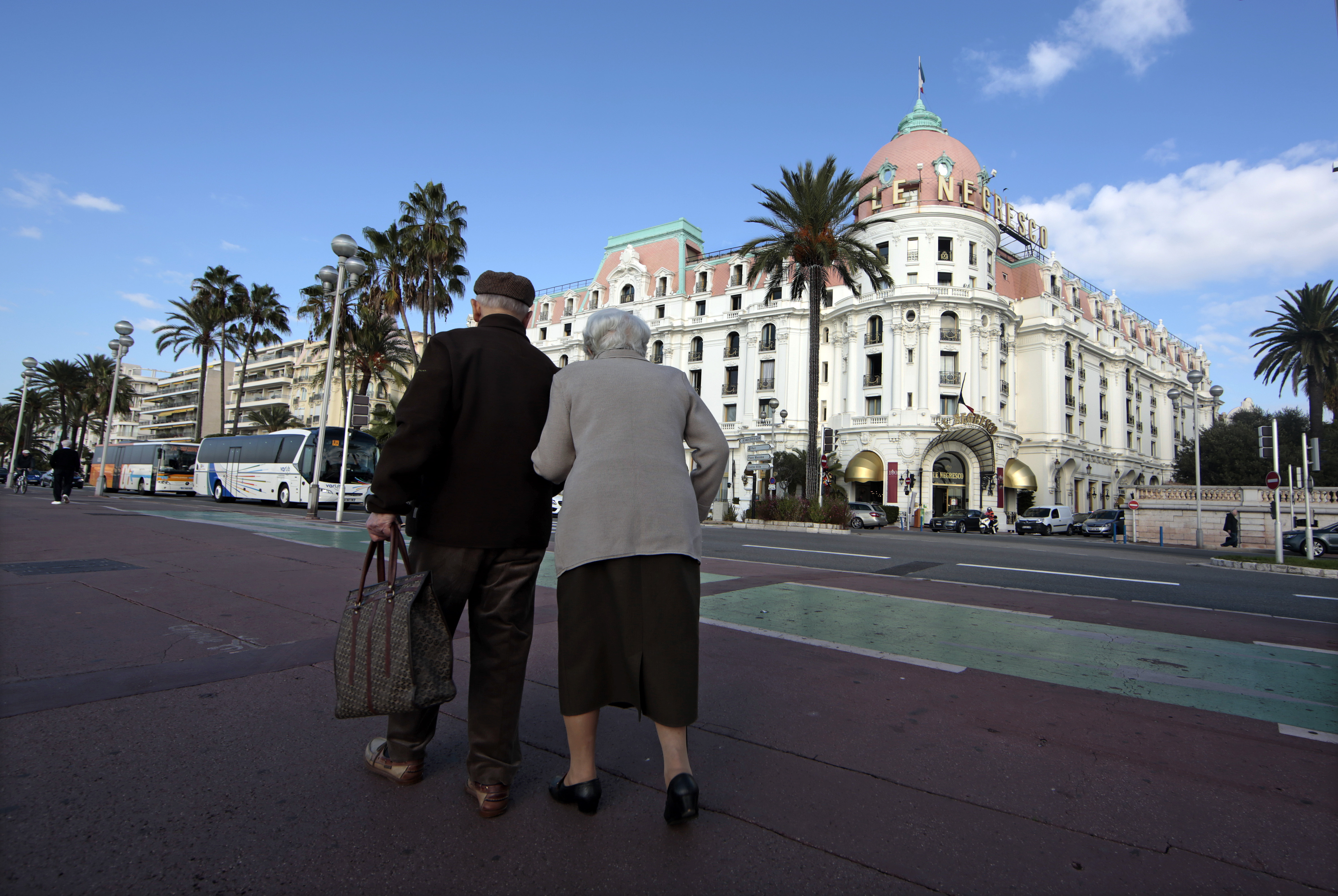 Two elderly people walk on the Promenade Des Anglais in Nice, France, October 15, 2015. French labour unions and bosses will restart negotiations about the future of pensions plans on Friday.      REUTERS/Eric Gaillard