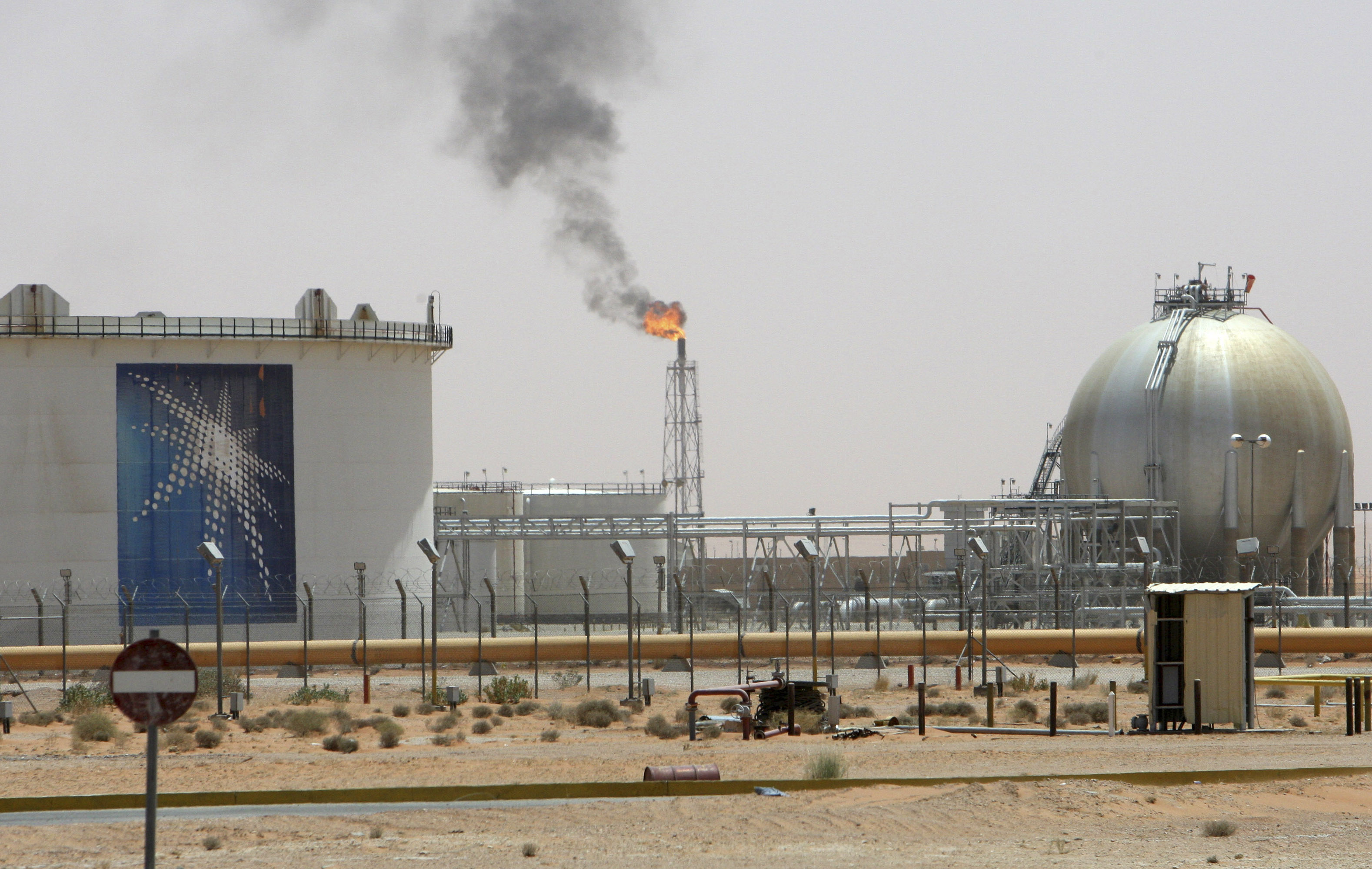 A gas flame is seen in the desert near the Khurais oilfield, about 160 km (99 miles) from Riyadh, June 23, 2008. State oil giant Saudi Aramco is adamant the biggest new field in its plan to raise oil capacity will arrive bang on schedule in June next year. REUTERS/Ali Jarekji  (SAUDI ARABIA)