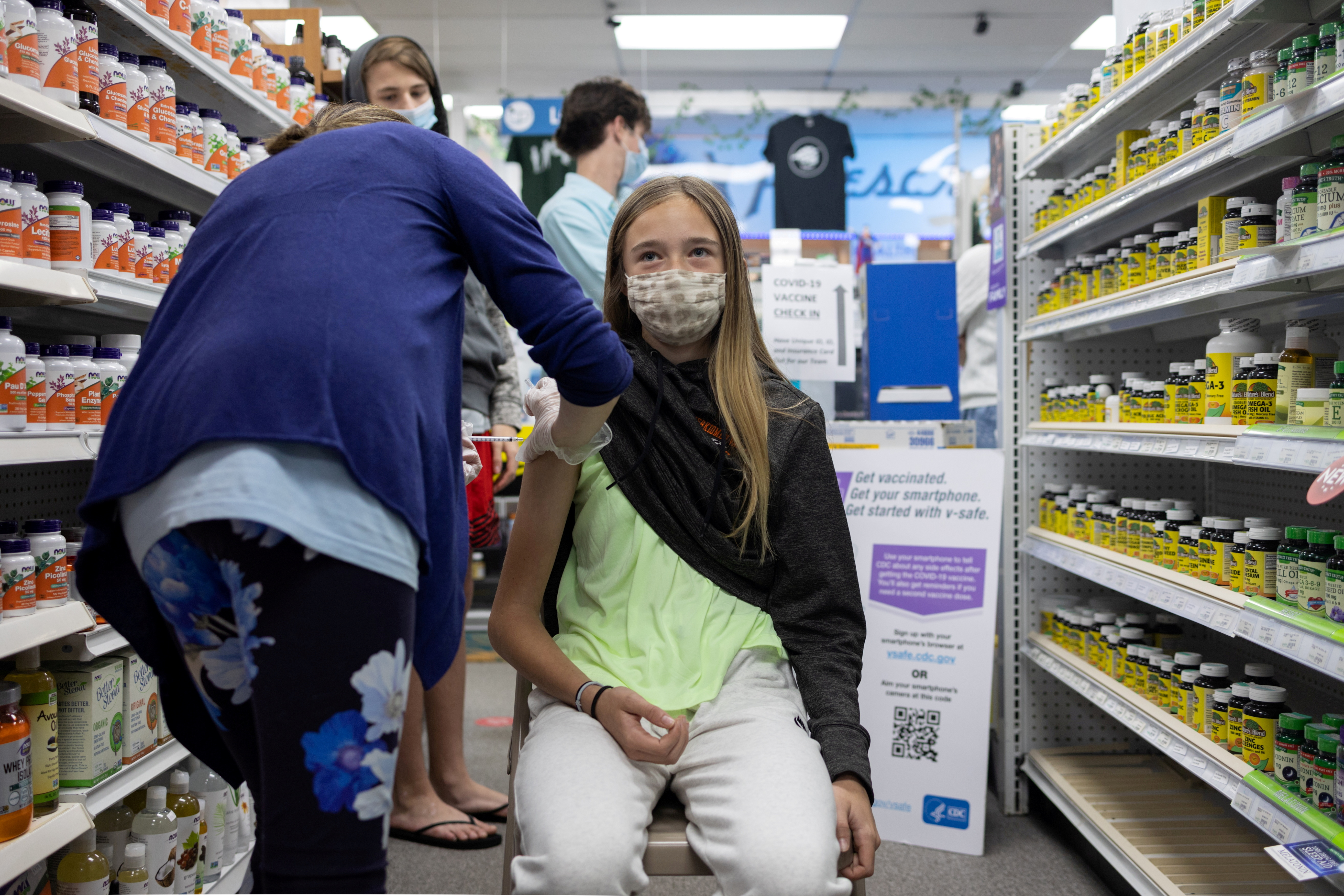 Abby Oplinger, 13, receives the Pfizer-BioNTech coronavirus disease (COVID-19) vaccine after Pennsylvania authorized the vaccine for those over 12-years-old at Skippack Pharmacy in Schwenksville, Pennsylvania, U.S., May 12, 2021. REUTERS/Hannah Beier/File Photo