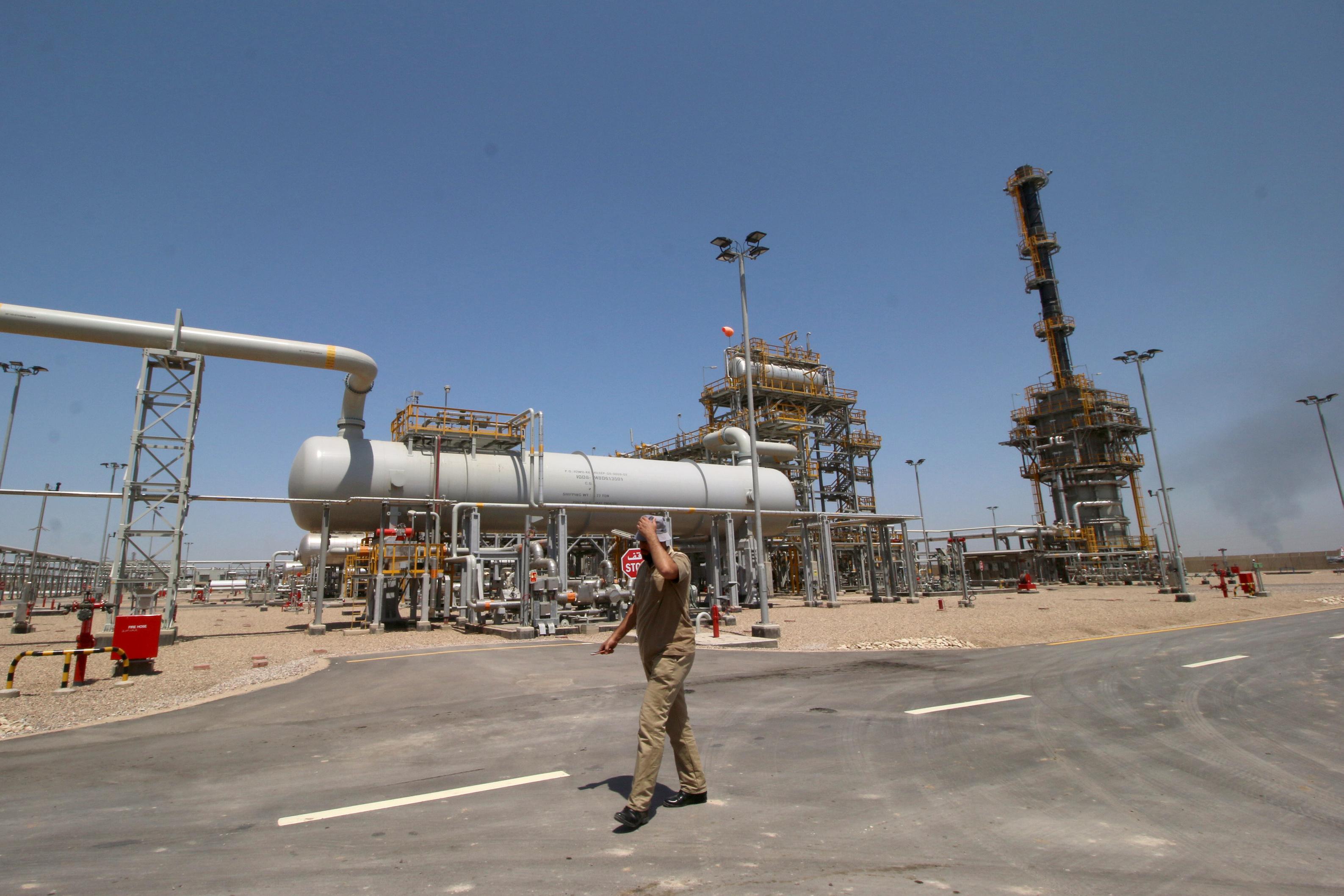 An Iraqi staff of the West Qurna-1 oilfield, which is operated by ExxonMobil, walks past the West Qurna-1 oilfield, Iraq June 17, 2019.  REUTERS/Essam Al-Sudani