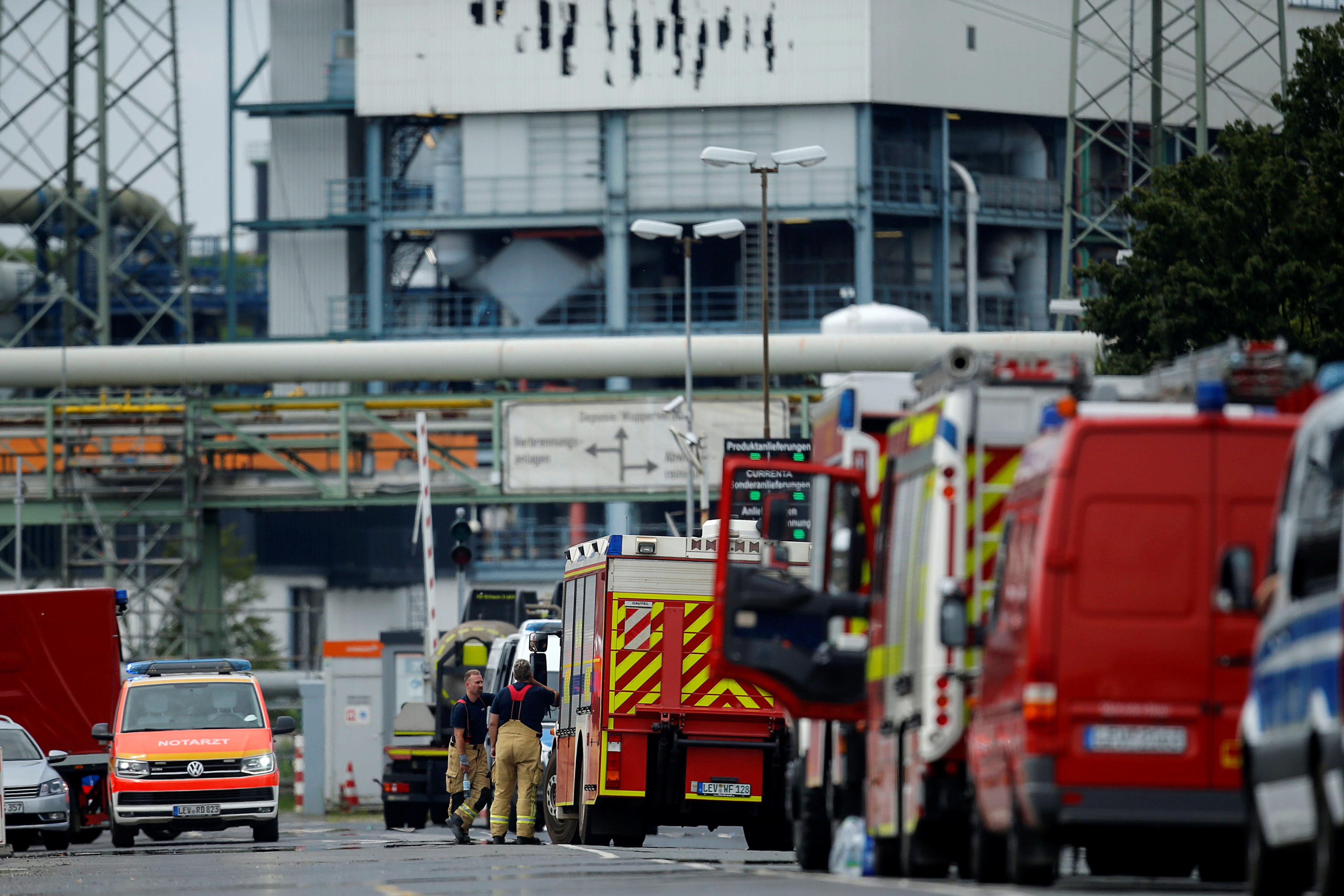 Пожарные стоят у Кемпарка после взрыва в Леверкузене, Германия, 27 июля 2021 года. REUTERS / Leon Kuegeler