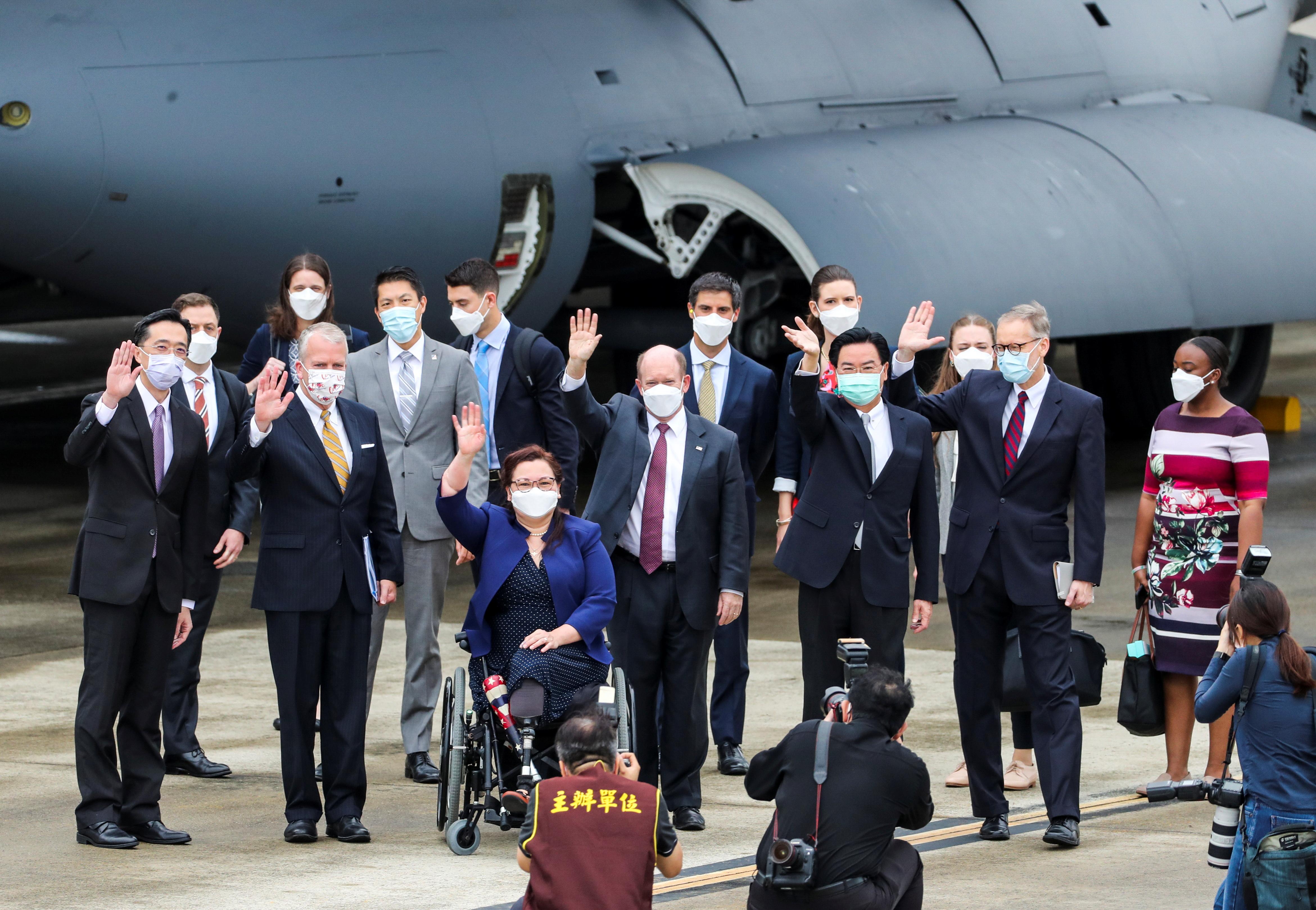 Các Thượng nghị sĩ Hoa Kỳ Tammy Duckworth (D-IL), Dan Sullivan (R-AK) và Chris Coons (D-DE) sóng đôi bên cạnh Bộ trưởng Ngoại giao Đài Loan Joseph Wu và Brent Christensen, Giám đốc Viện Hoa Kỳ tại Đài Loan, sau khi họ đến qua một Chuyên cơ chở hàng của Không quân Hoa Kỳ tại Sân bay Tùng Sơn Đài Bắc ở Đài Bắc, Đài Loan ngày 6 tháng 6 năm 2021. Hãng thông tấn Trung ương / Pool via REUTERS