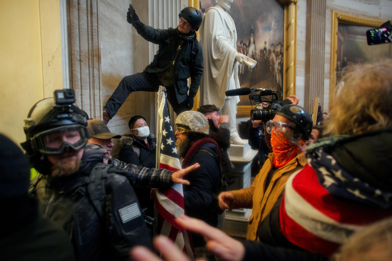 Des manifestants pro-Trump prennent d'assaut le Capitole des États-Unis pour contester la certification des résultats de l'élection présidentielle américaine de 2020 par le Congrès américain, au Capitole des États-Unis à Washington, DC, États-Unis, le 6 janvier 2021. Photo prise le 6 janvier 2021. REUTERS/Ahmed Gaber - RC263L9P157M
