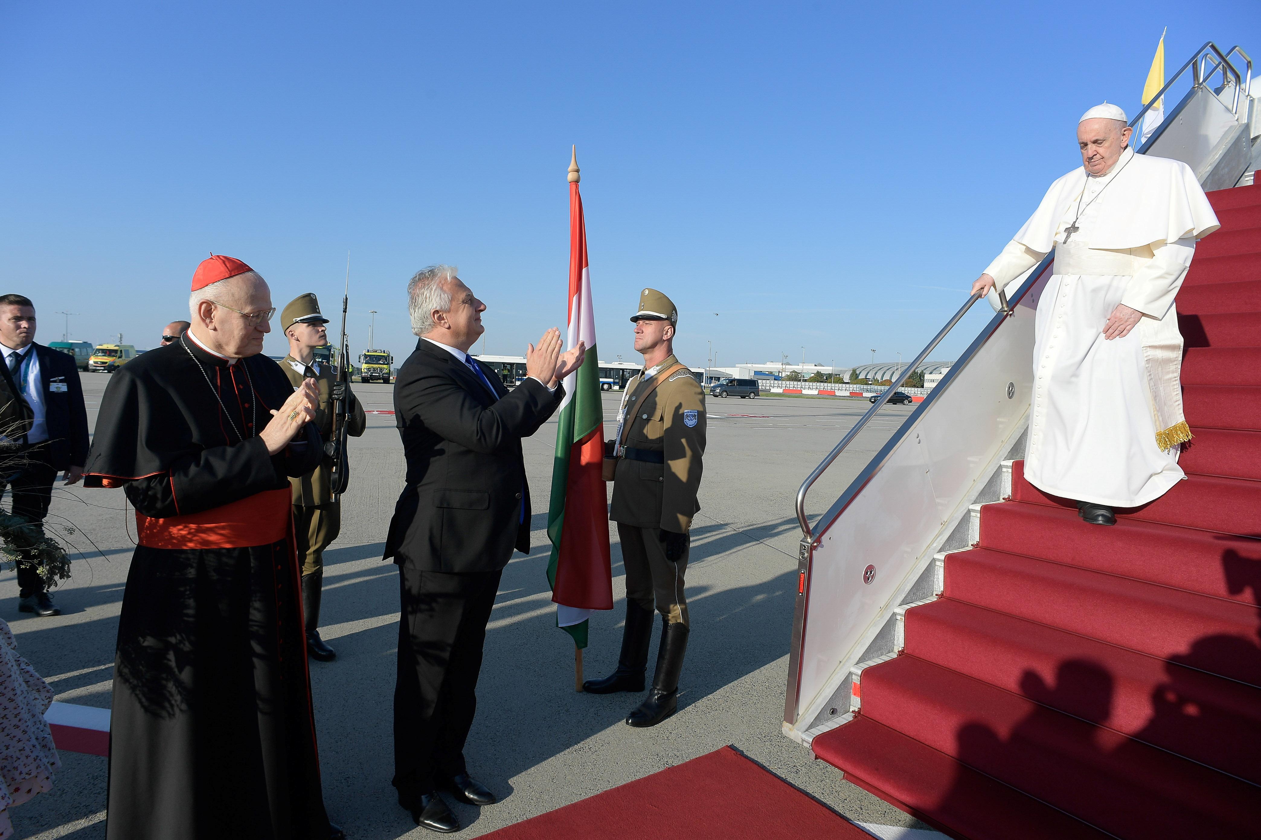 Ο Πάπας Φραγκίσκος φθάνει στο Διεθνές Αεροδρόμιο της Βουδαπέστης στη Βουδαπέστη, Ουγγαρία, 12 Σεπτεμβρίου 2021. Βατικανό Media/Handout via REUTERS ATTENTION EDITORS - THIS IMAGE IS WORED by A Third Party.