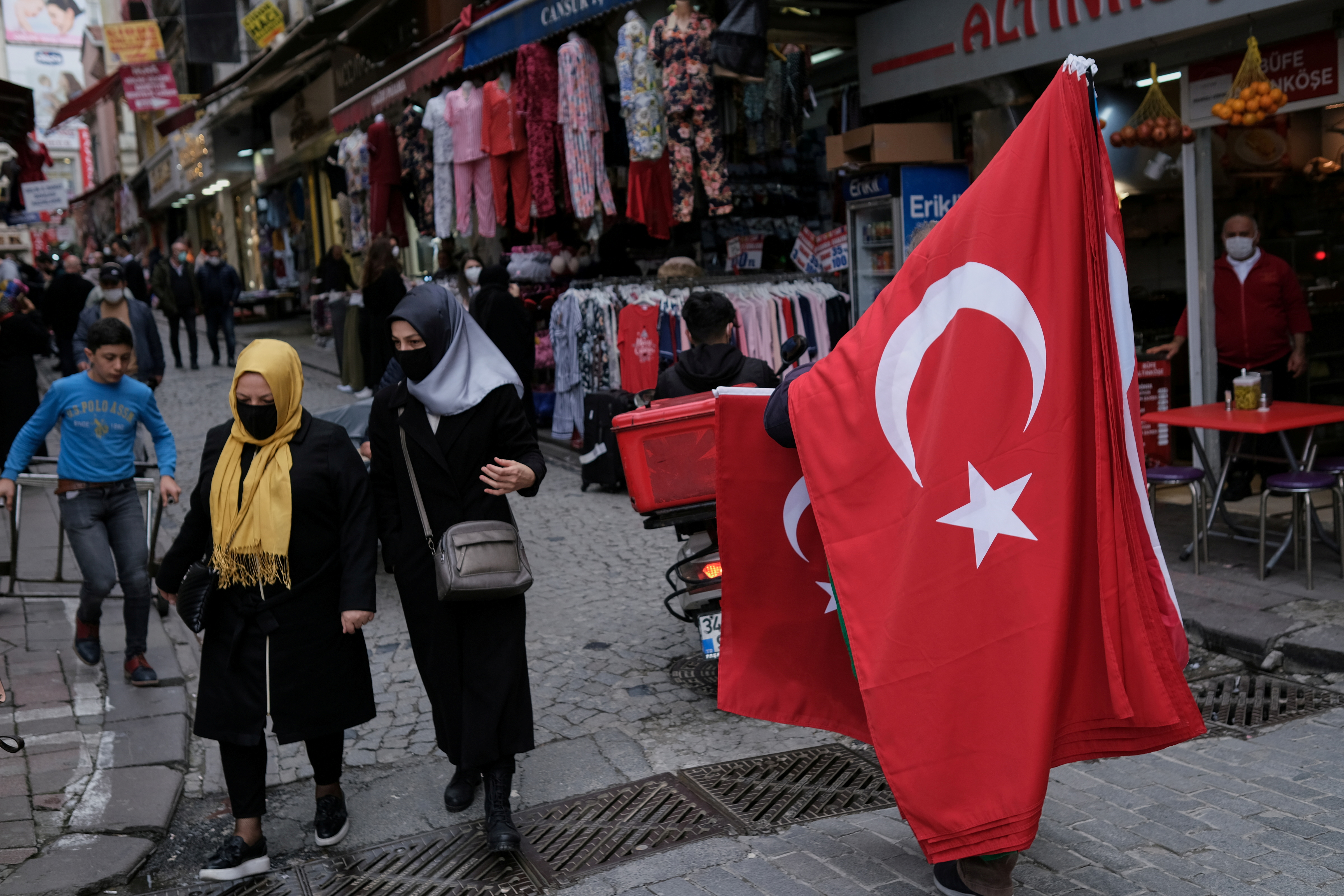 A street vendor sells Turkish national flags at Mahmutpasa street, a popular middle-class shopping district, in Istanbul, Turkey March 22, 2021. REUTERS/Murad Sezer/