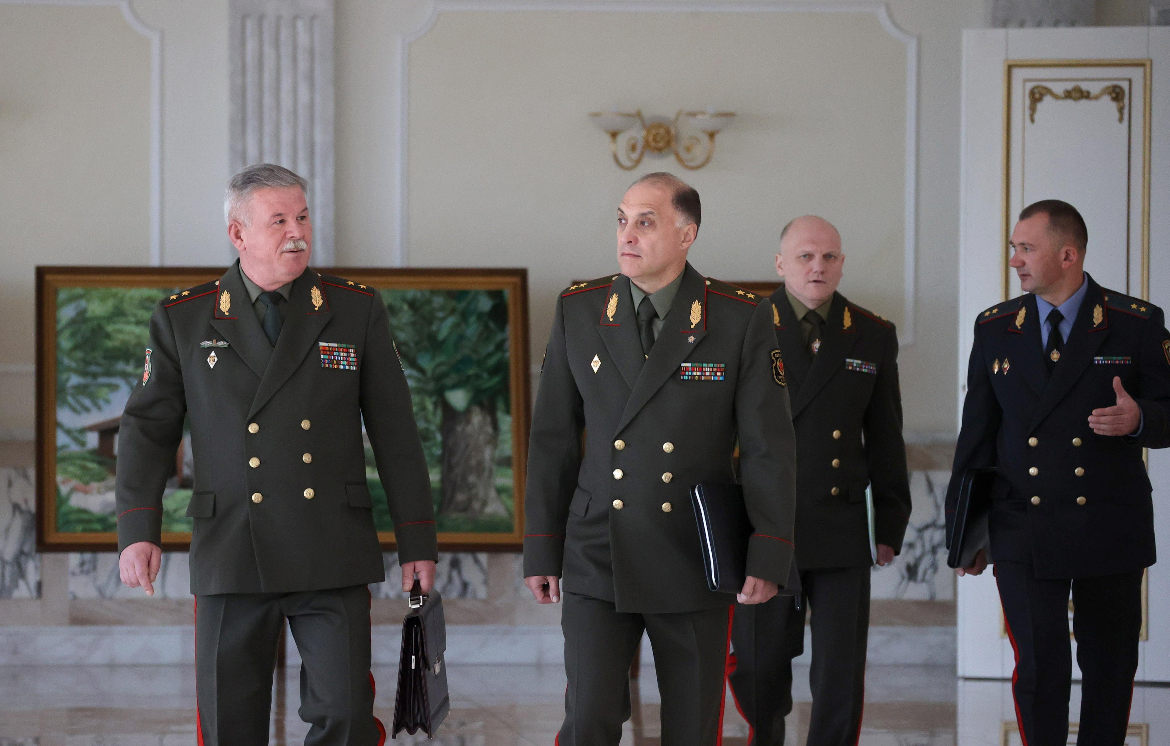 El jefe del Comité Estatal de Fronteras, Anatoly Lappo, el Secretario de Estado del Consejo de Seguridad de Bielorrusia, Alexander Volfovich, el Presidente del Comité de Seguridad del Estado, Ivan Tertel, y el Ministro del Interior de Bielorrusia, Ivan Kubrakov, camina para reunirse con el presidente bielorruso Alexander Lukashenko en Minsk, Bielorrusia Septiembre 27 de febrero de 2021. Maxim Guchek / BelTA