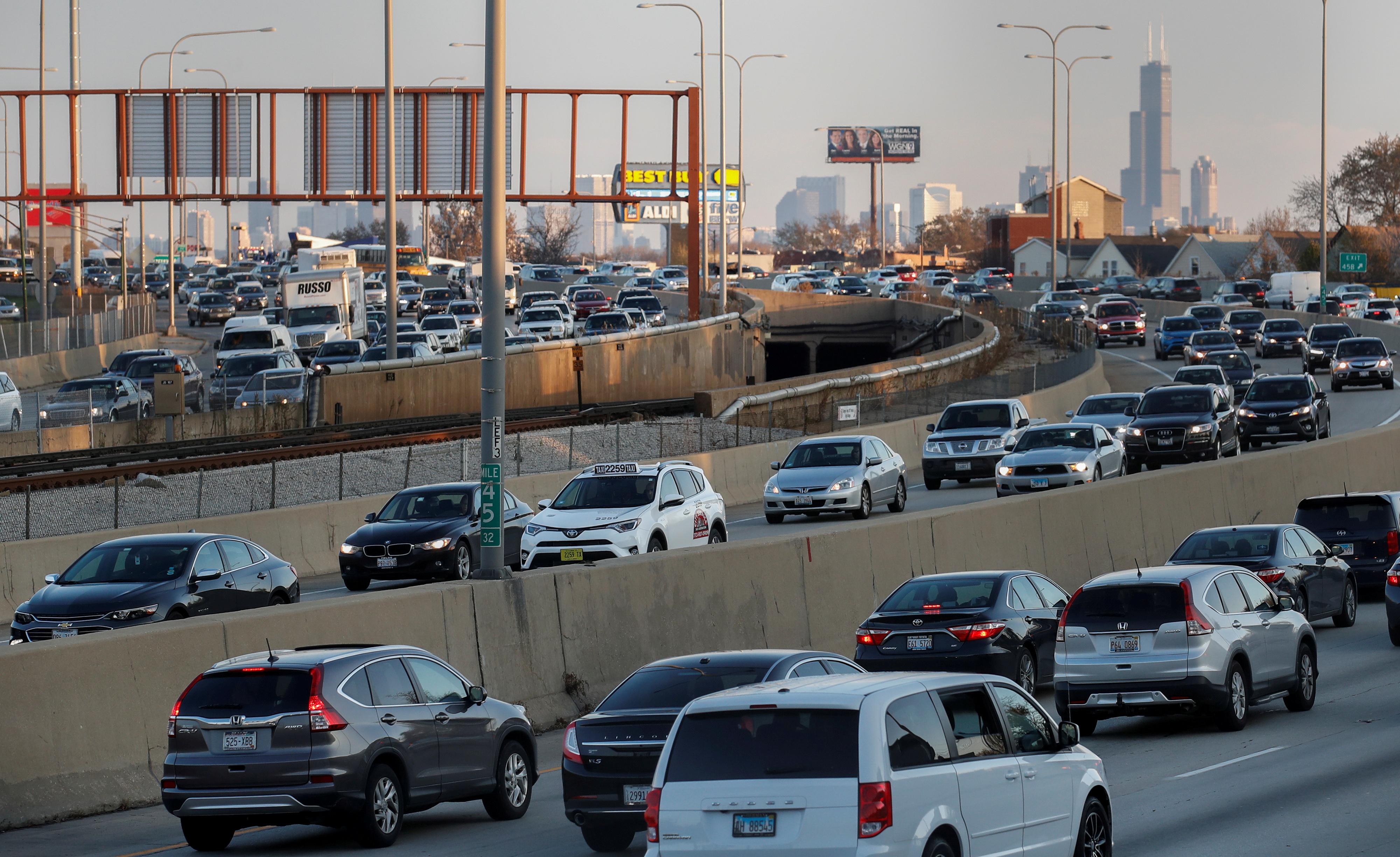 当人们遇到了交通堵塞,因为人们在繁忙的感恩节周末在芝加哥,伊利诺伊州,美国,2017年11月21日,伊利诺伊州的道路。路透社/ kamil krzaczynski