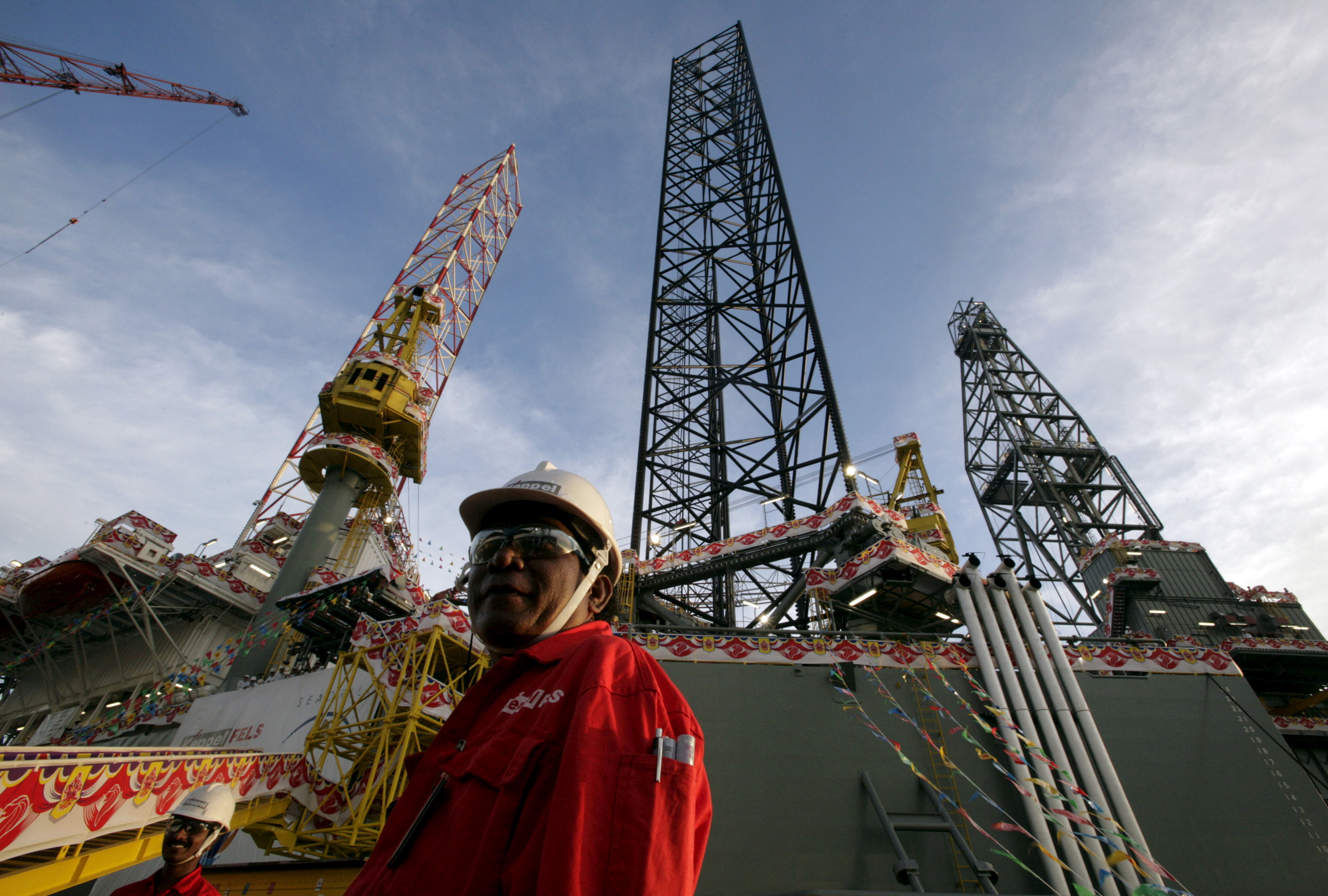 The SEADRILL 3, the first of four oil rigs that Keppel FELS is building for the same customer, is seen in Singapore in this April 21, 2006 file photo.  REUTERS/Luis Enrique Ascui/Files/File Photo