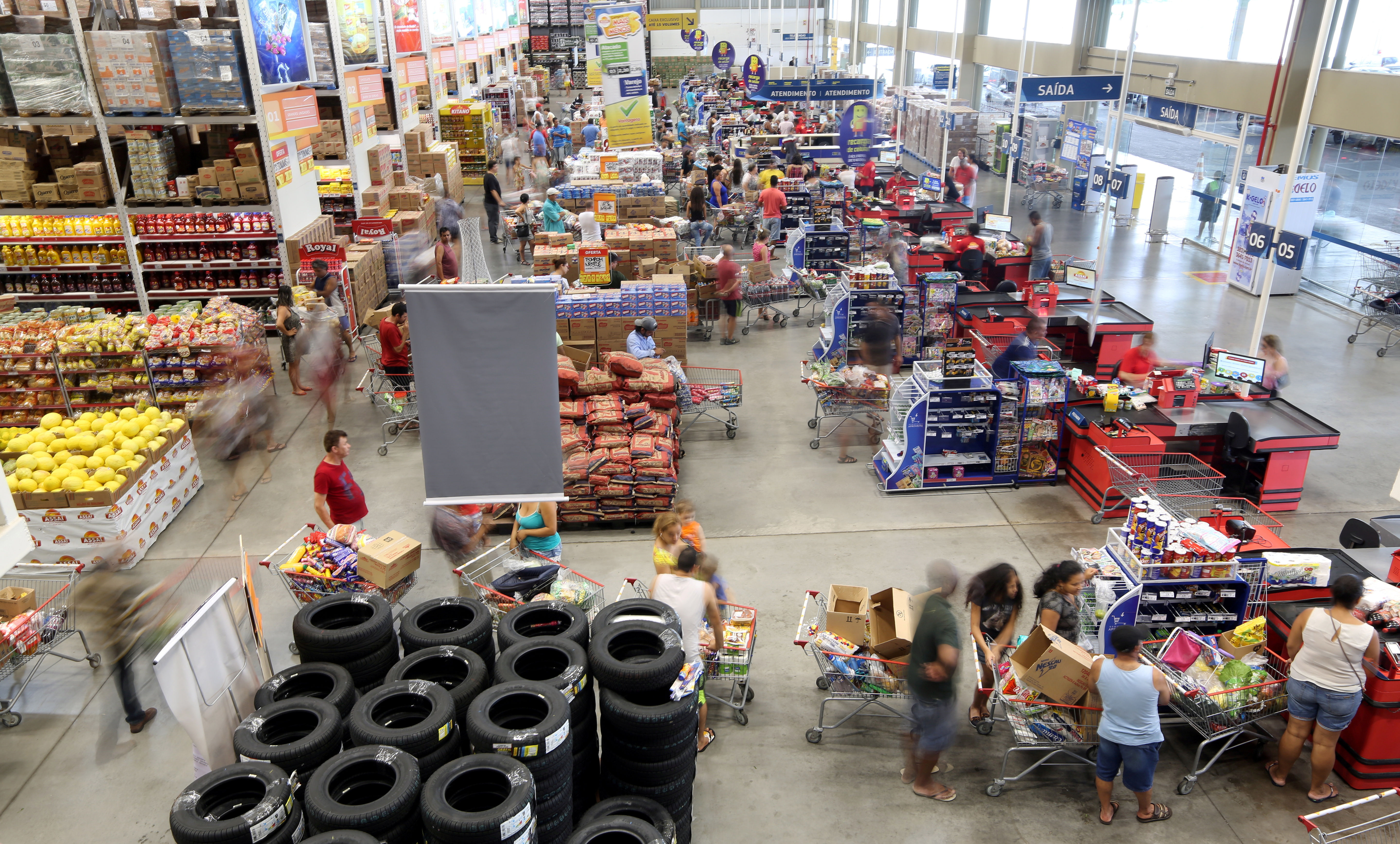 Consumers shop at a supermarket in Sao Paulo, Brazil January 11, 2017. REUTERS/Paulo Whitaker/File Photo