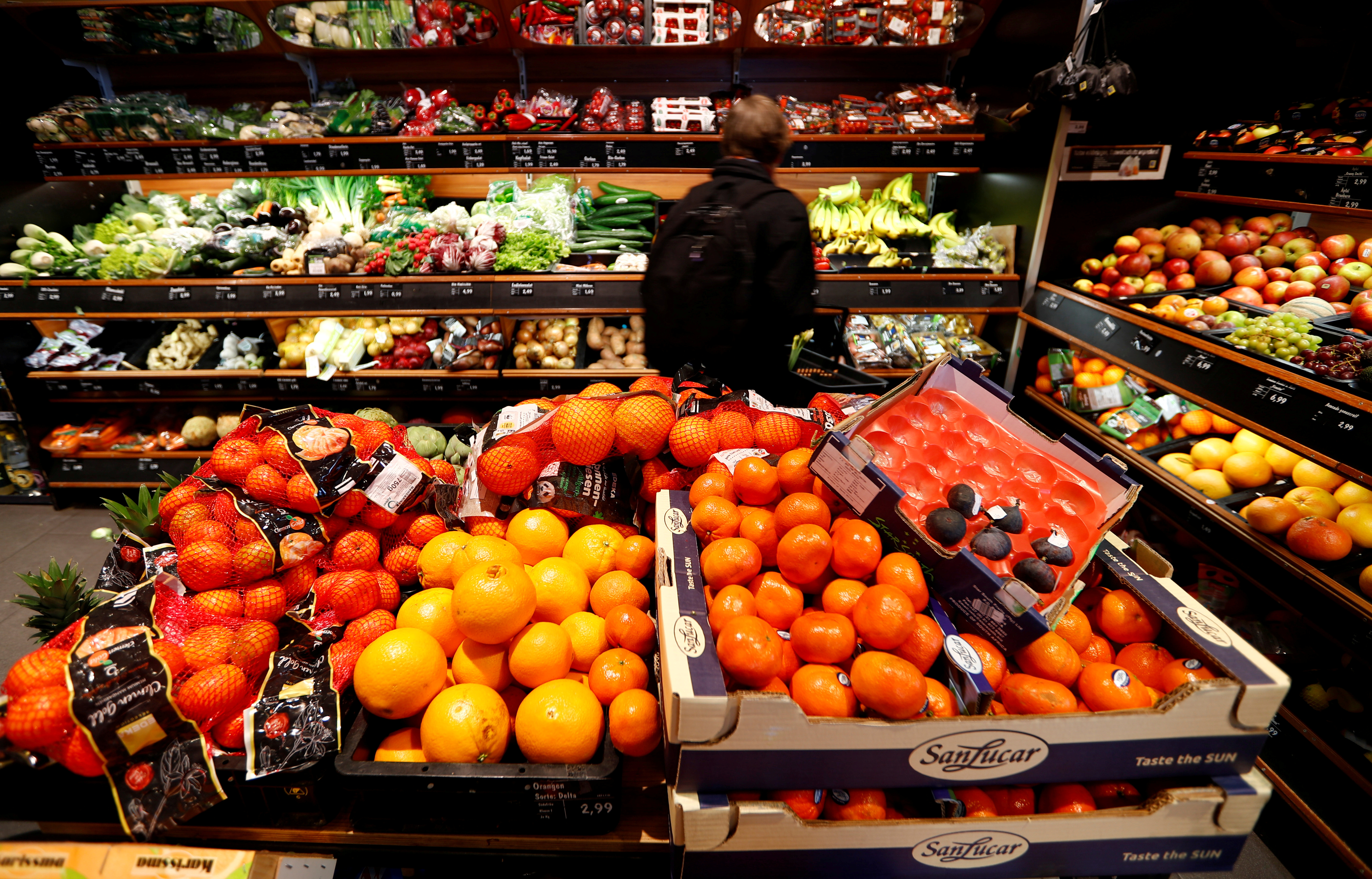 Full shelves with fruits are pictured in a supermarket during the spread of the coronavirus disease (COVID-19) in Berlin, Germany, March 17, 2020.   REUTERS/Fabrizio Bensch/File Photo