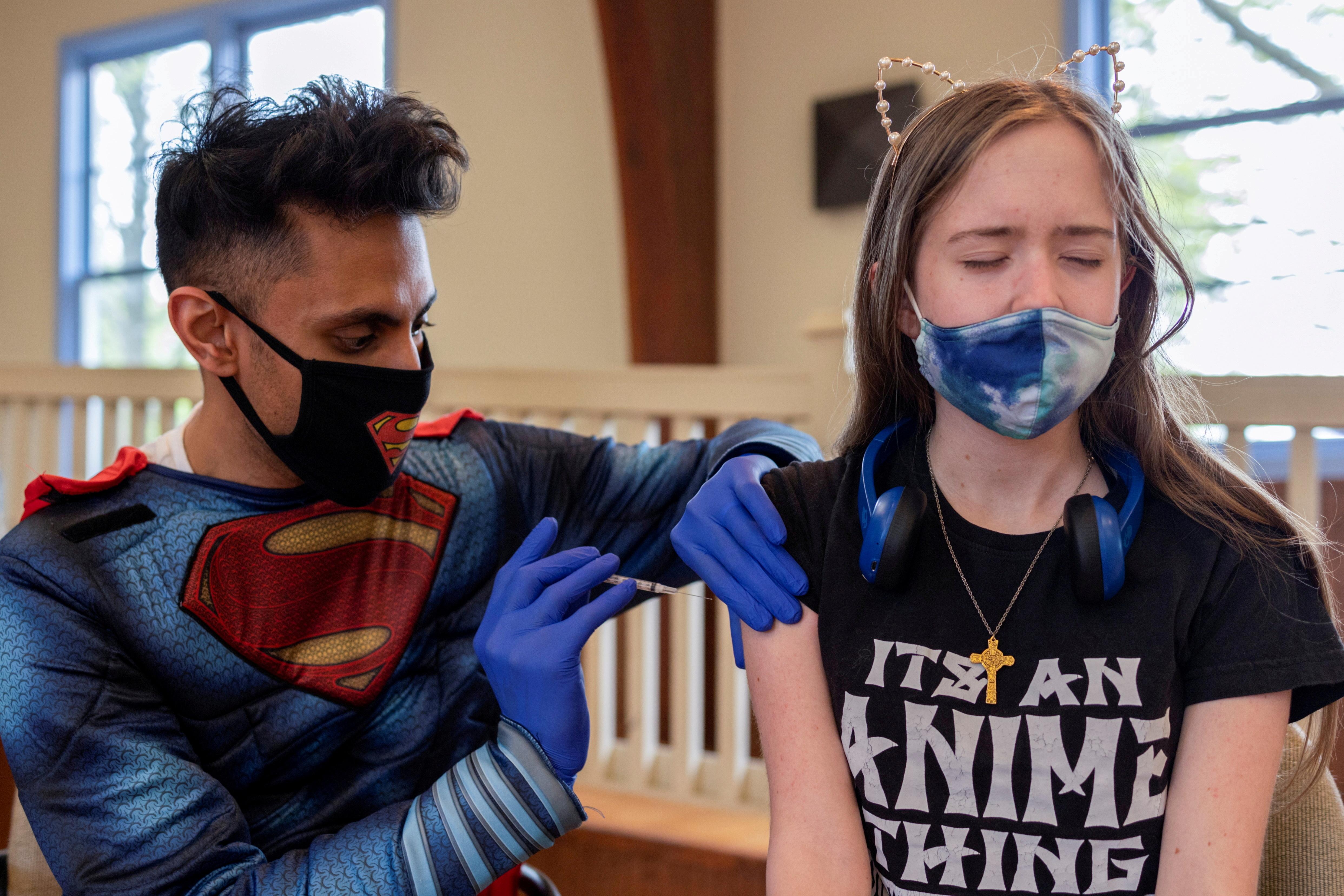 Kira Lundell, 16, receives a coronavirus disease (COVID-19) vaccine in Worcester, Pennsylvania, U.S., April 29, 2021. REUTERS/Hannah Beier/File Photo