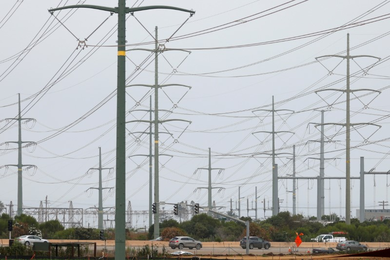 Power lines are shown in California ahead of a heave wave in 2020, in Carlsbad, California, U.S., August 17, 2020.      REUTERS/Mike Blake/File Photo