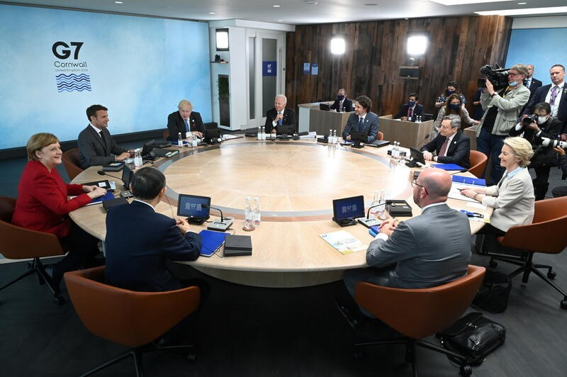 British Prime Minister Boris Johnson, U.S. President Joe Biden, Canadian Prime Minister Justin Trudeau, Italian Prime Minister Mario Draghi, President of the European Commission Ursula von der Leyen, President of the European Council Charles Michel, Japanese Prime Minister Yoshihide Suga, German Chancellor Angela Merkel and French President Emmanuel Macron, sit around the table at the top of the G7 meeting in Carbis Bay, Cornwall, Britain, June 11, 2021. Leon Neal/Pool via REUTERS