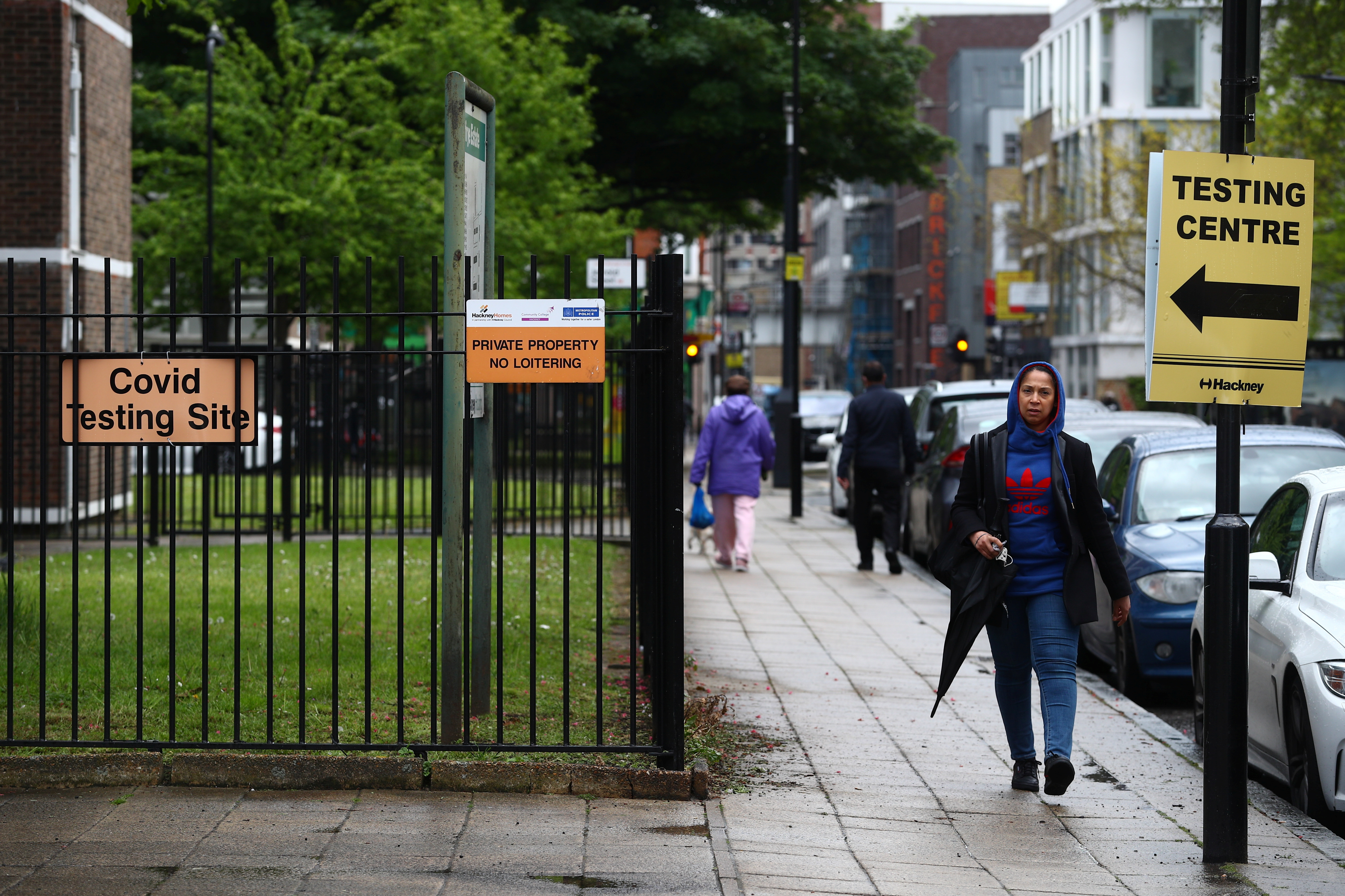 A person walks past a testing centre amid the outbreak of the coronavirus disease (COVID-19), in the Shoreditch area of London, Britain, 18 May 2021. REUTERS/Hannah McKay/Files