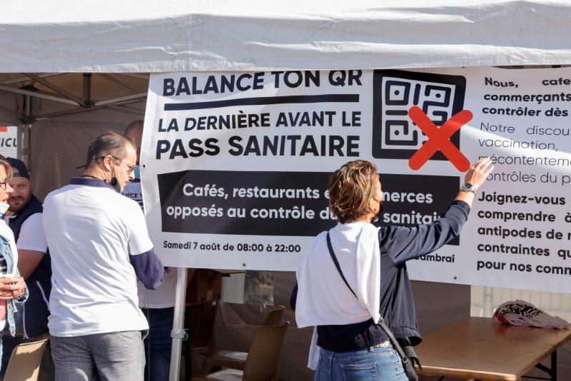 Proprietarii de baruri și restaurante protestează împotriva restricțiilor de securitate legate de boala coronavirus a Franței (COVID-19) în Cambrai, Franța, la 7 august 2021. REUTERS / Pascal Rossignol