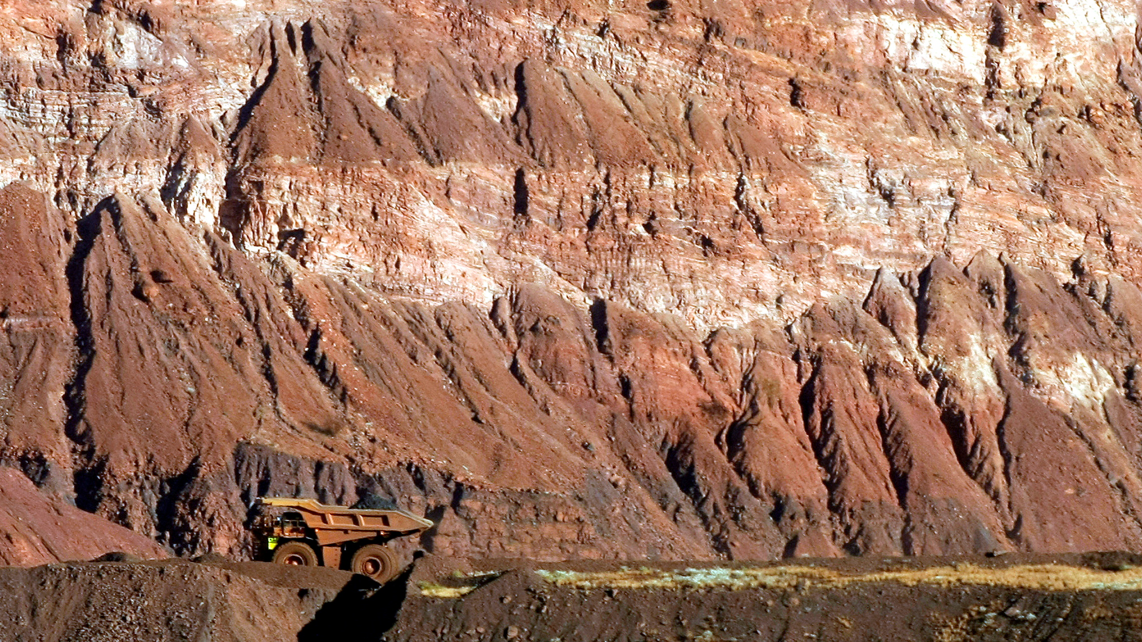 A tipper truck drives on a road through a BHP Billition iron ore mine at Newman, about 1,300 km (800 miles) north of Perth May 28, 2008.  Picture taken May 28, 2008.      REUTERS/Tim Wimborne/File Photo