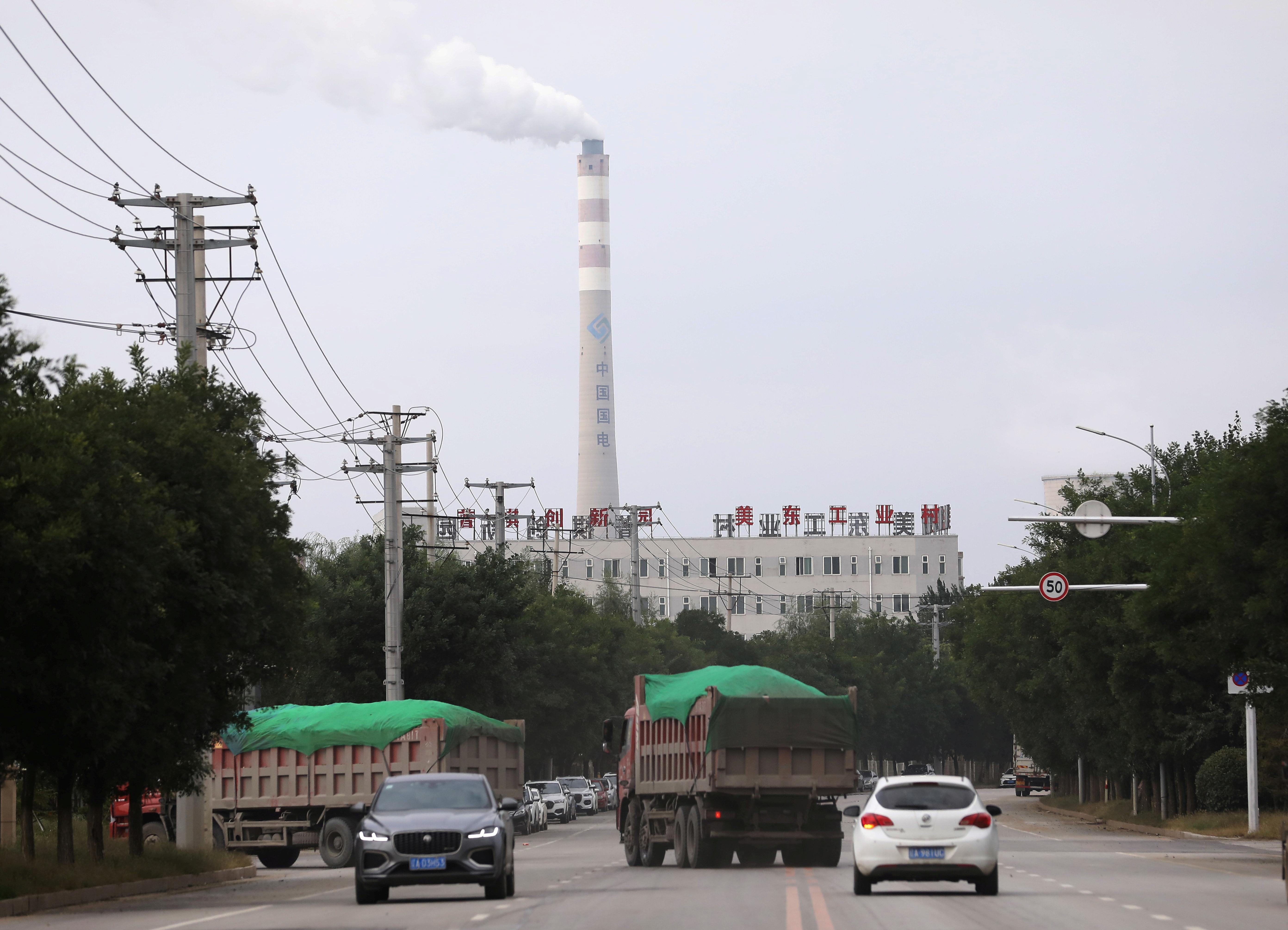 A China Energy széntüzelésű erőműjének kéménye látható Shenyangban, Liaoning tartományban, Kínában 29. szeptember 2021-én. REUTERS/Tingshu Wang/File Photo