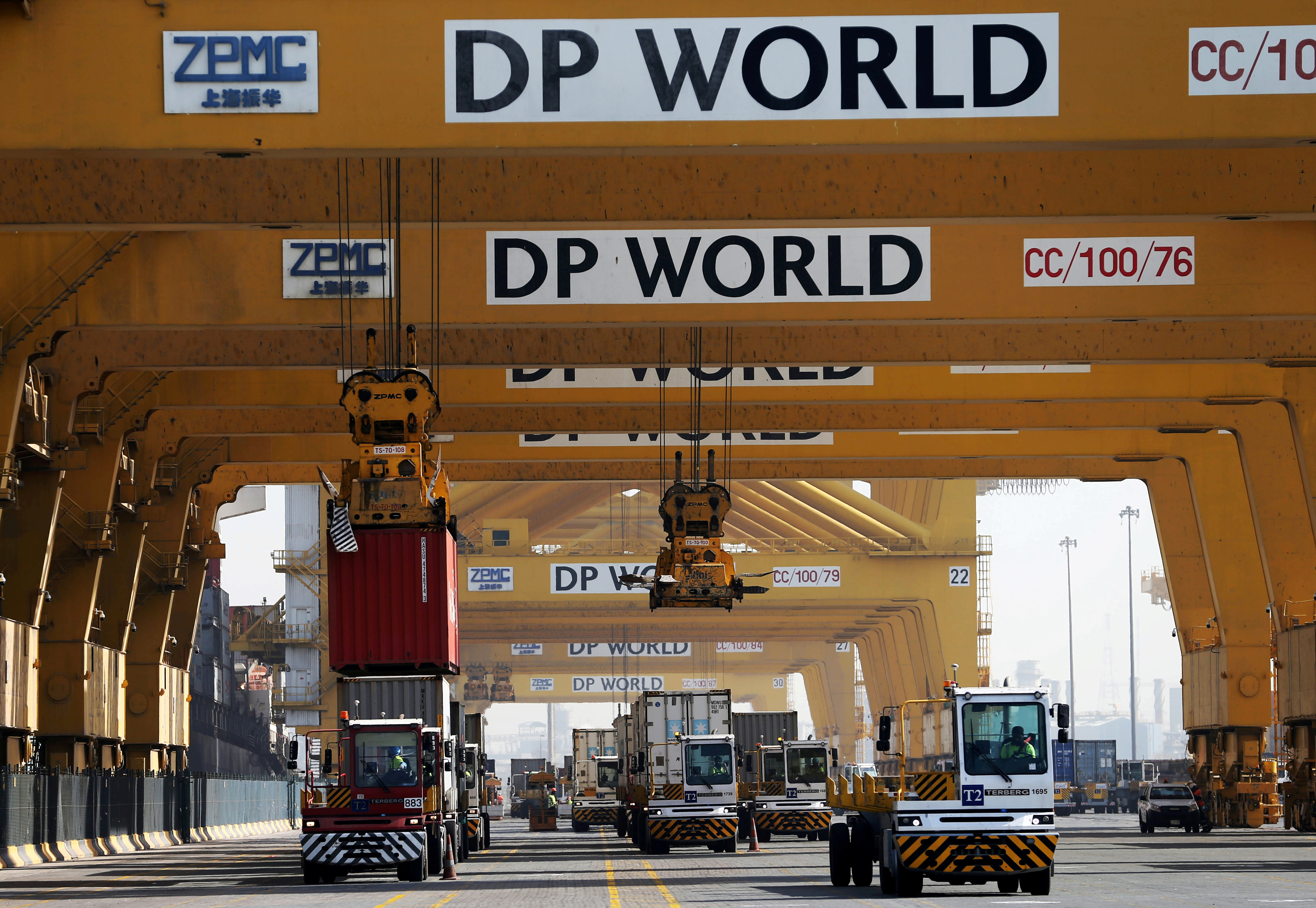 Terminal tractors line up to load containers into a cargo ship at DP World's fully automated Terminal 2 at Jebel Ali Port in Dubai, United Arab Emirates, December 27, 2018. REUTERS/ Hamad I Mohammed/File Photo