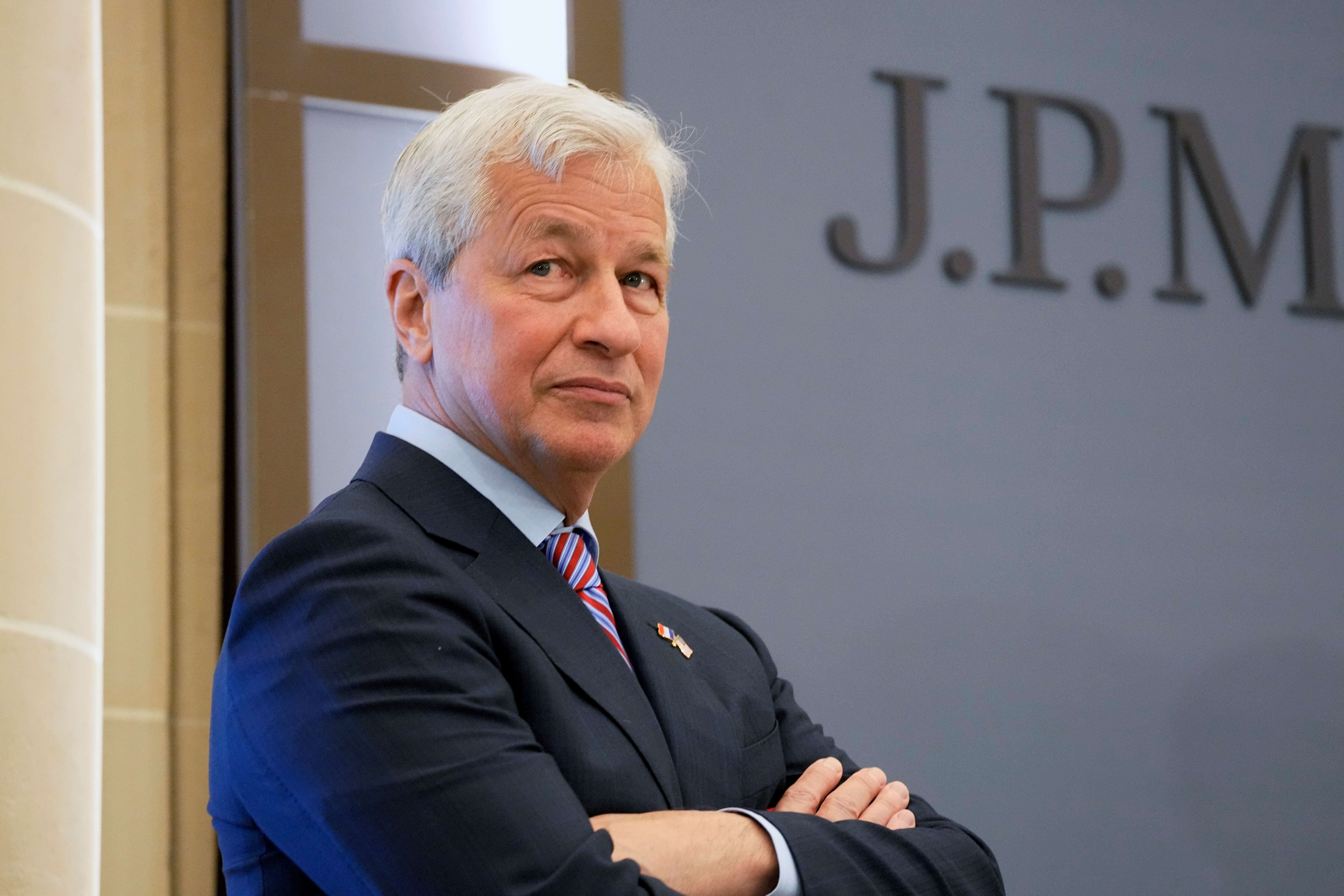 Analysis: JPMorgan hoards cash as Dimon expects rates to rise