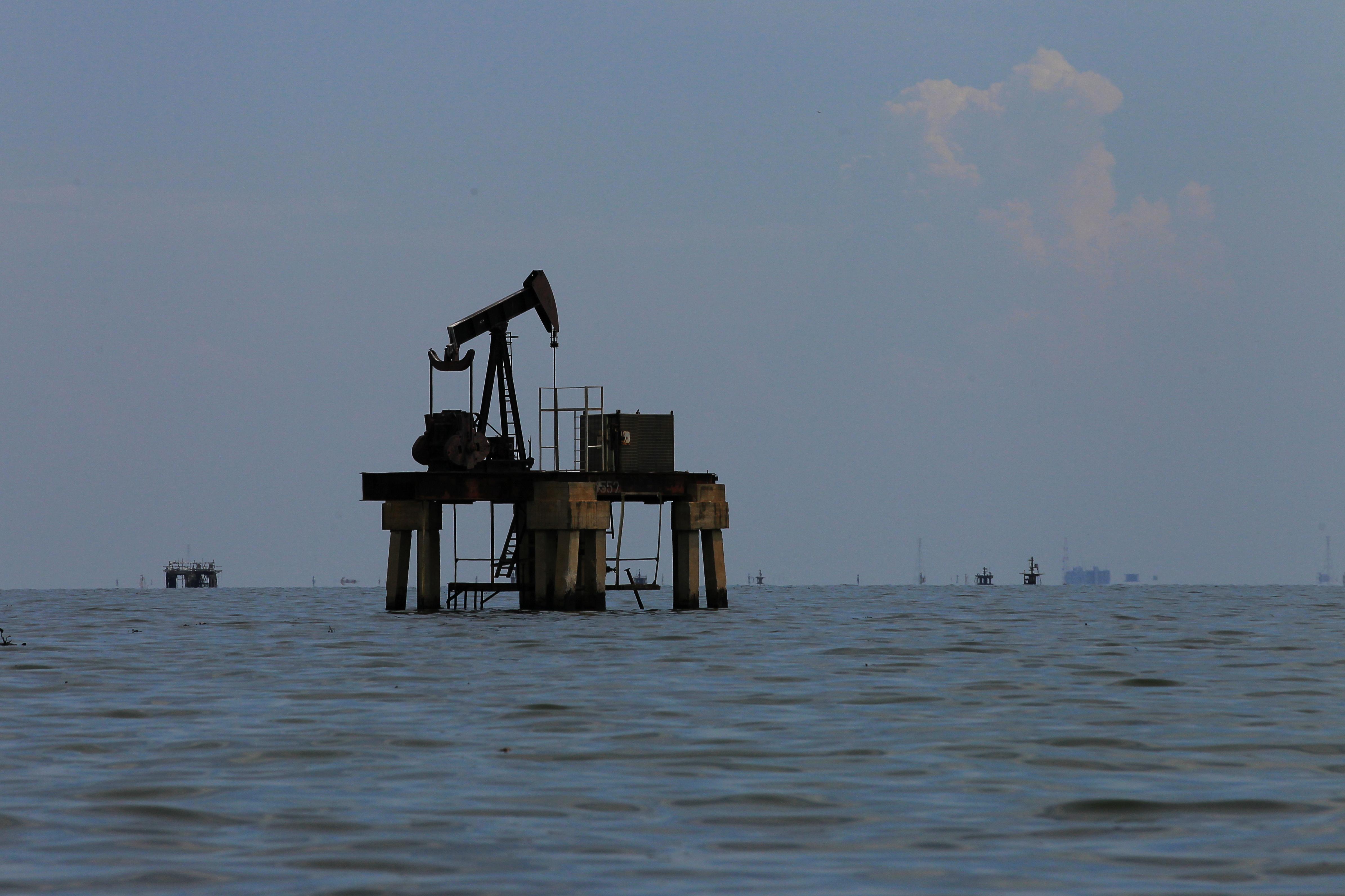 An oil pumpjack is seen at Lake Maracaibo in Lagunillas, Venezuela May 24, 2018. REUTERS/Isaac Urrutia