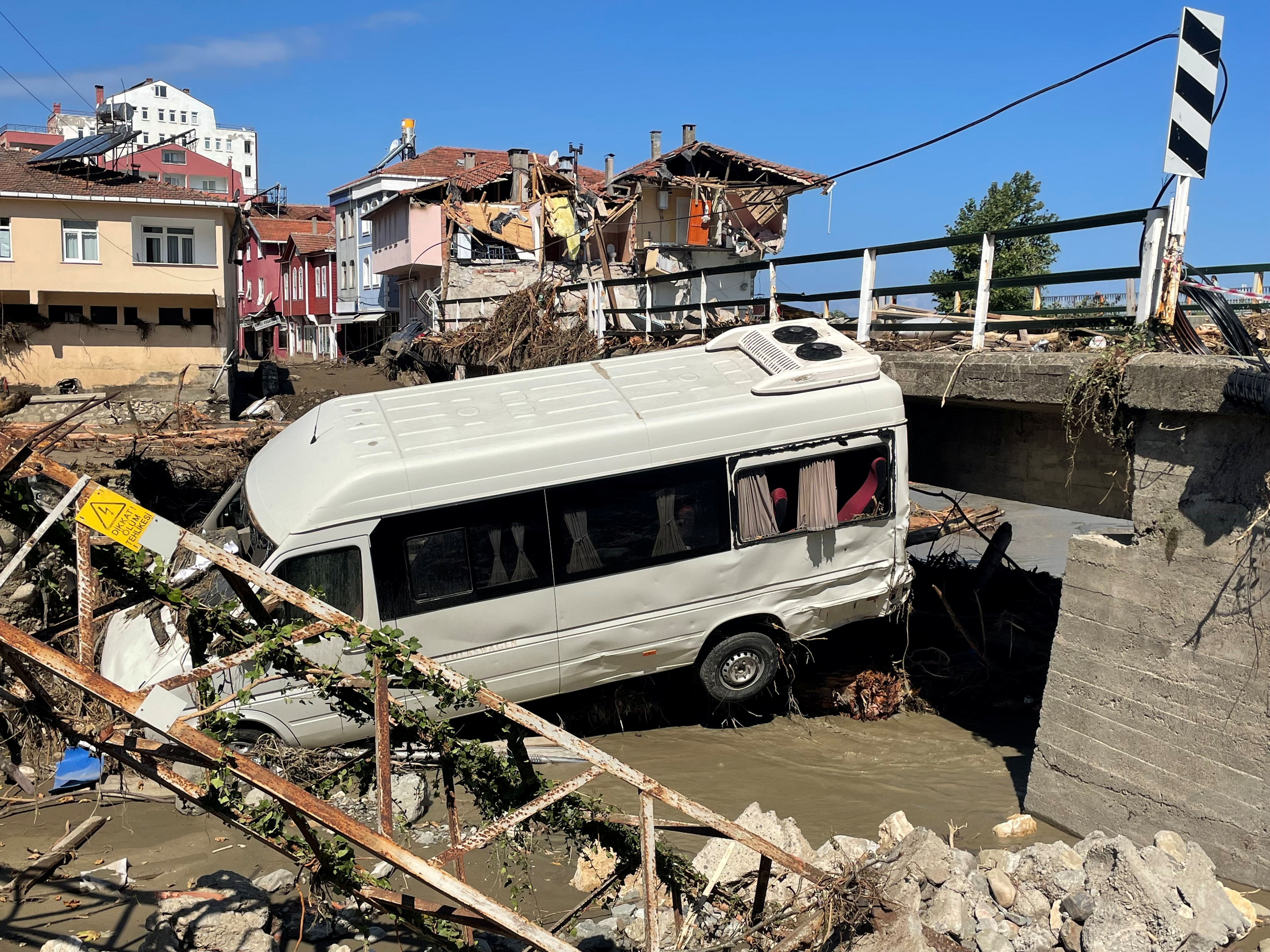 A damaged vehicle and a partially collapsed building are seen following the flash floods that swept through towns in the Turkish Black Sea region, in the town of Ilisi, in Kastamonu province, Turkey, August 15, 2021. REUTERS/Mehmet Emin Caliskan     TPX IMAGES OF THE DAY