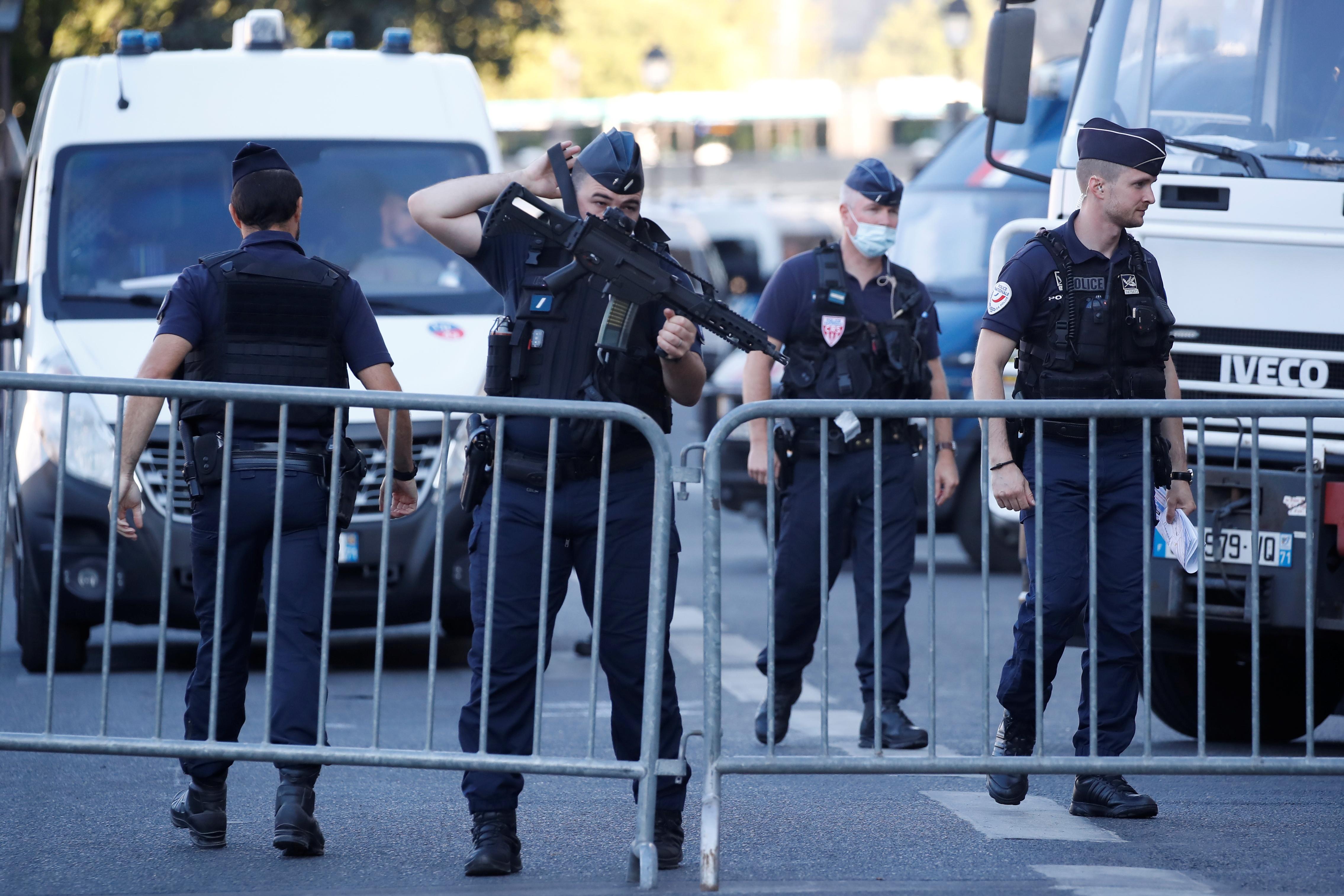 Franske politistyrker sikrer seg nær tinghuset i Paris på Ile de la Cite France før rettssaken mot Paris -angrepene i november 2015 startet i Paris, Frankrike, 8. september 2021. REUTERS/Christian Hartmann