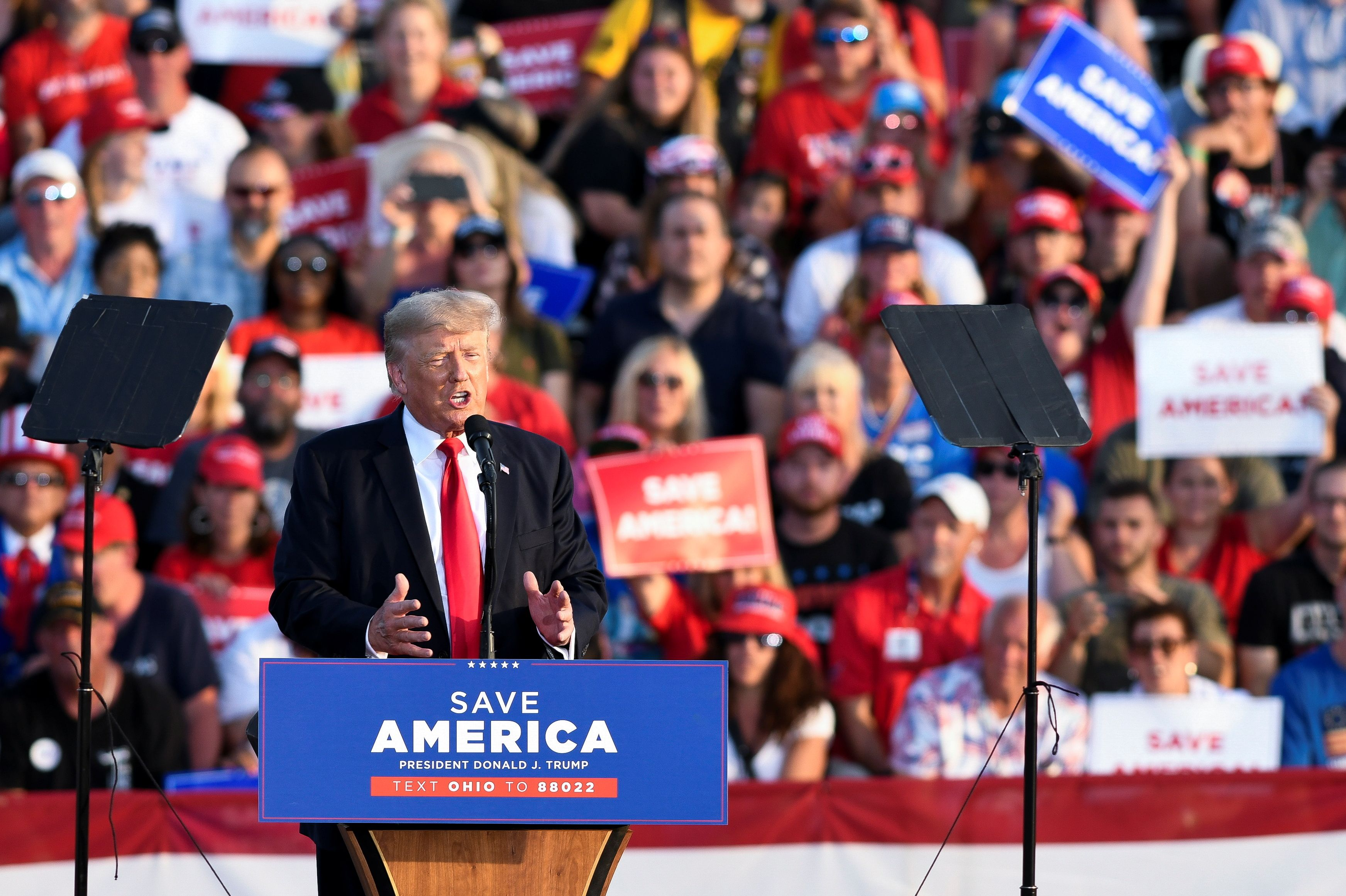 Trump knocks immigration, urges voters for Republicans in Ohio rally |  Reuters