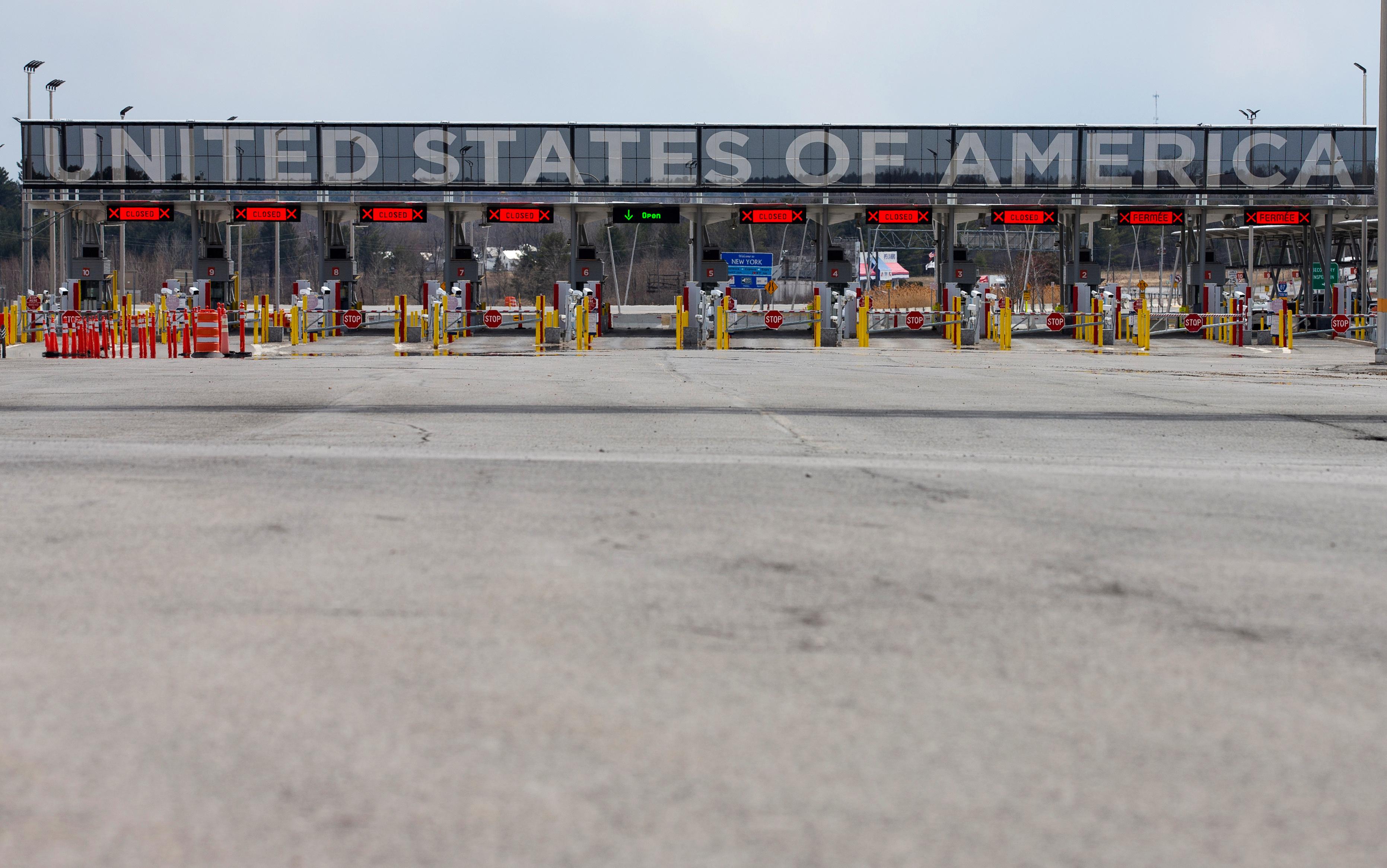 The U.S.-Canada border crossing is seen amid the coronavirus disease (COVID-19) outbreak in Lacolle, Quebec, Canada April 17, 2020.  REUTERS/Christinne Muschi/File Photo
