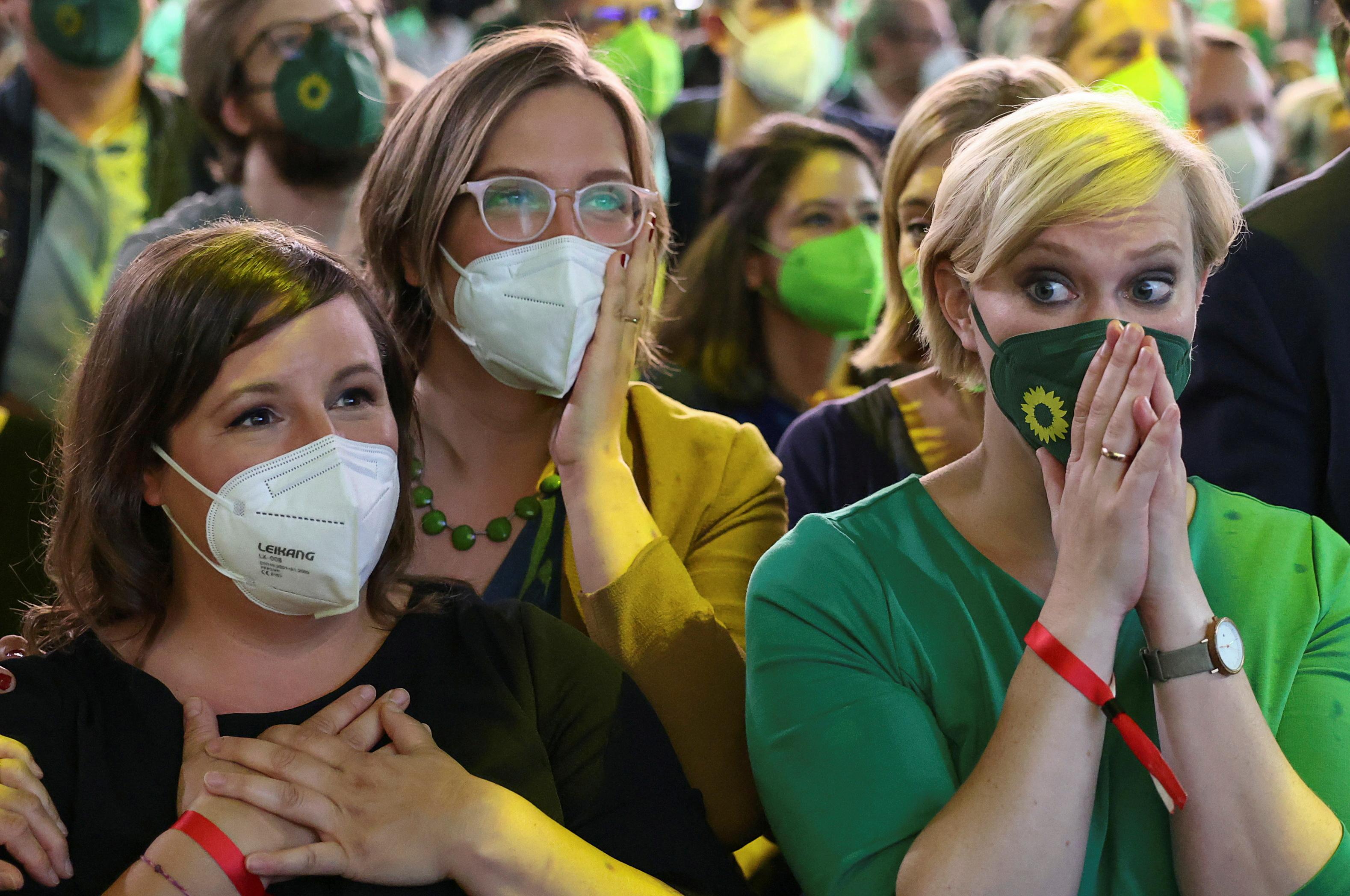 A Zöldek pártjának támogatói reagálnak, miután kihirdették az első exit poll szavazási eredményeket Berlinben, Németországban, 26. szeptember 2021 -án. REUTERS/Christian Mang
