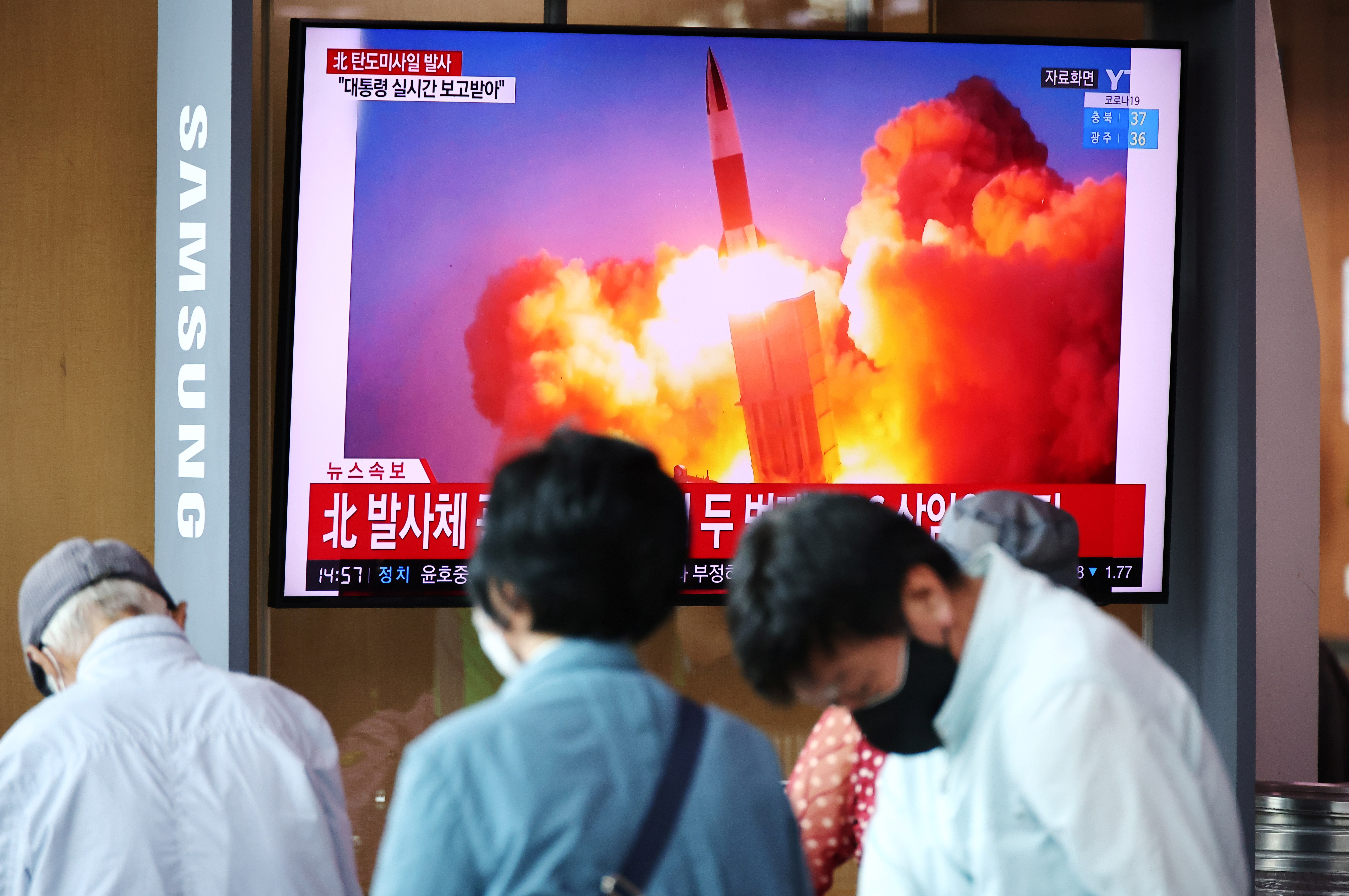 People watch a TV broadcasting file footage of a news report on North Korea firing what appeared to be a pair of ballistic missiles off its east coast, in Seoul, South Korea, September 15, 2021.    REUTERS/Kim Hong-Ji