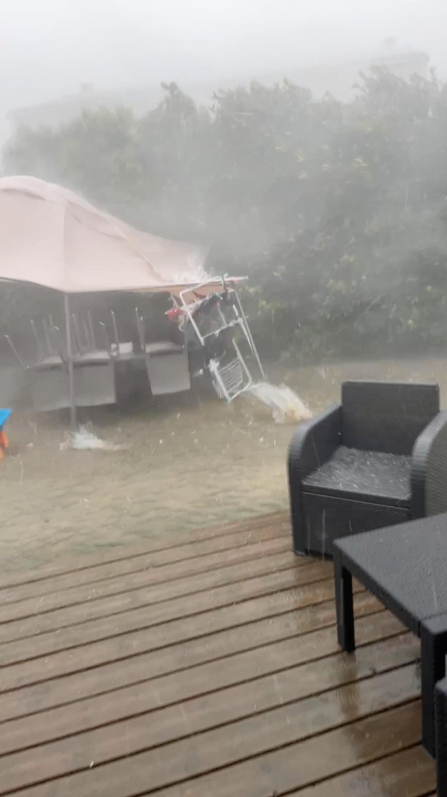 ქარი, სეტყვა და წვიმა უბერავს როდილჰანში, გარდში, საფრანგეთი, 14 წლის 2021 სექტემბერი, ამ ეკრანის სურათზე, რომელიც მოპოვებულია სოციალური მედიის ვიდეოდან. @YLONA91/REUTERS- ის საშუალებით