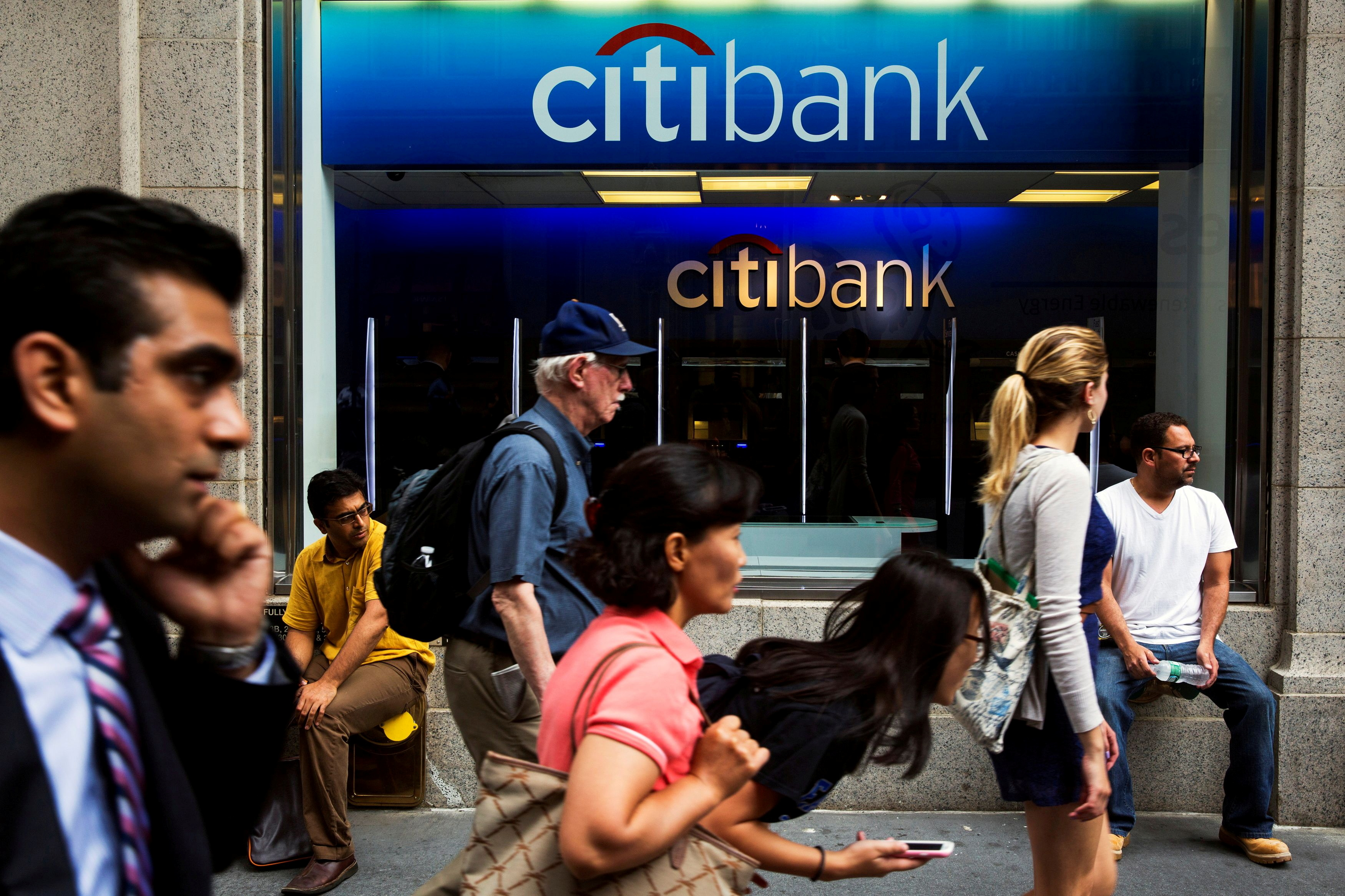 Pedestrians walk past the facade of a Citibank building in New York July 14, 2014.  REUTERS/Lucas Jackson/File Photo