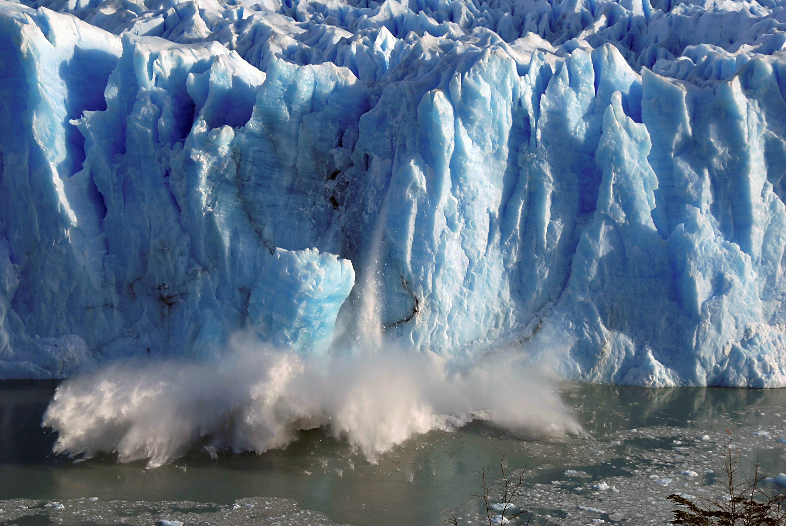 Splinters of ice peel off from one of the sides of the Perito Moreno glacier near the city of El Calafate in the Patagonian province of Santa Cruz, southern Argentina, on July 7, 2008. REUTERS/Andres Forza