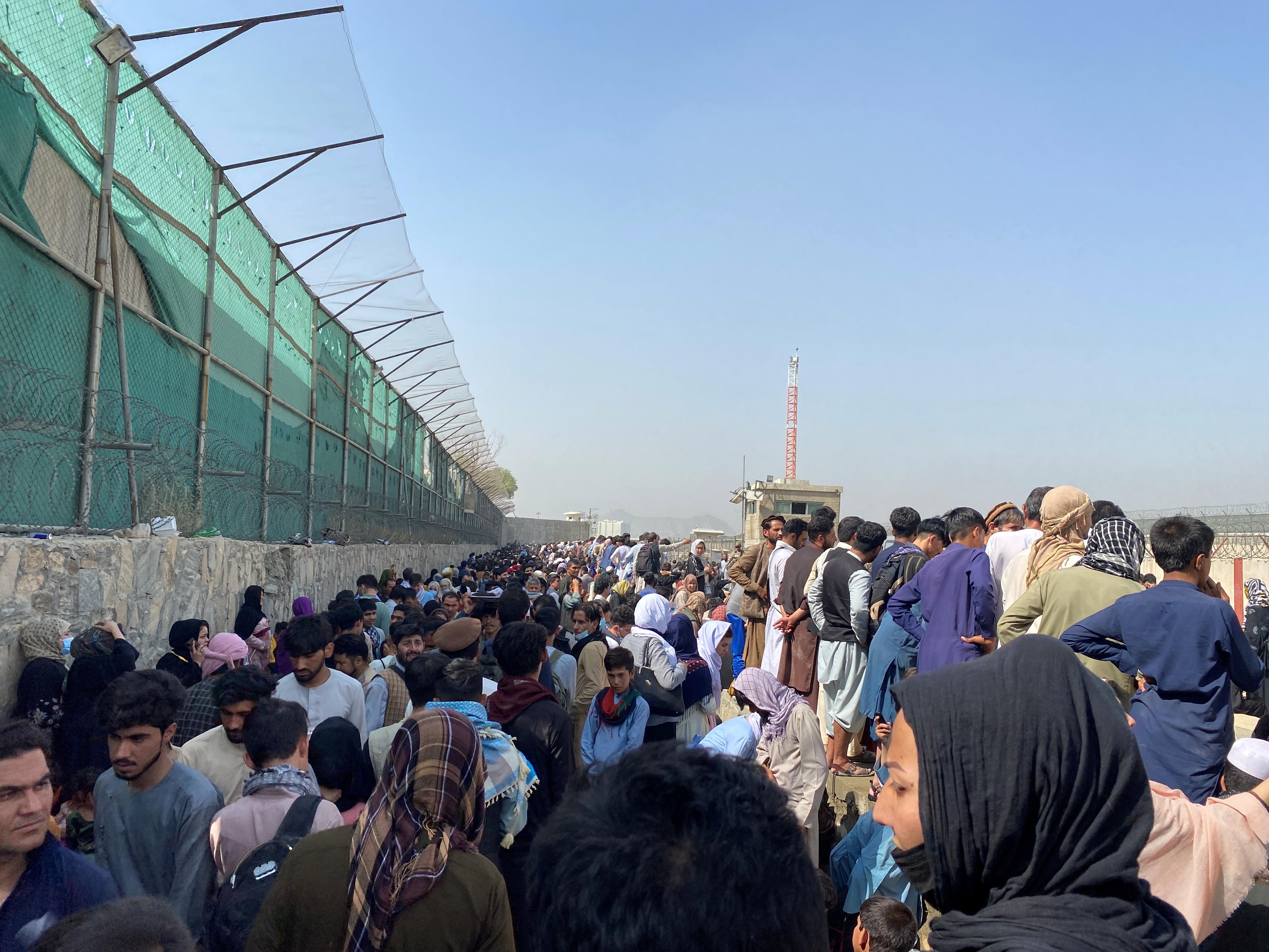 23 年 2021 月 XNUMX 日,阿富汗喀布尔机场附近人群的全貌。来自路透社的 ASVAKA 新闻