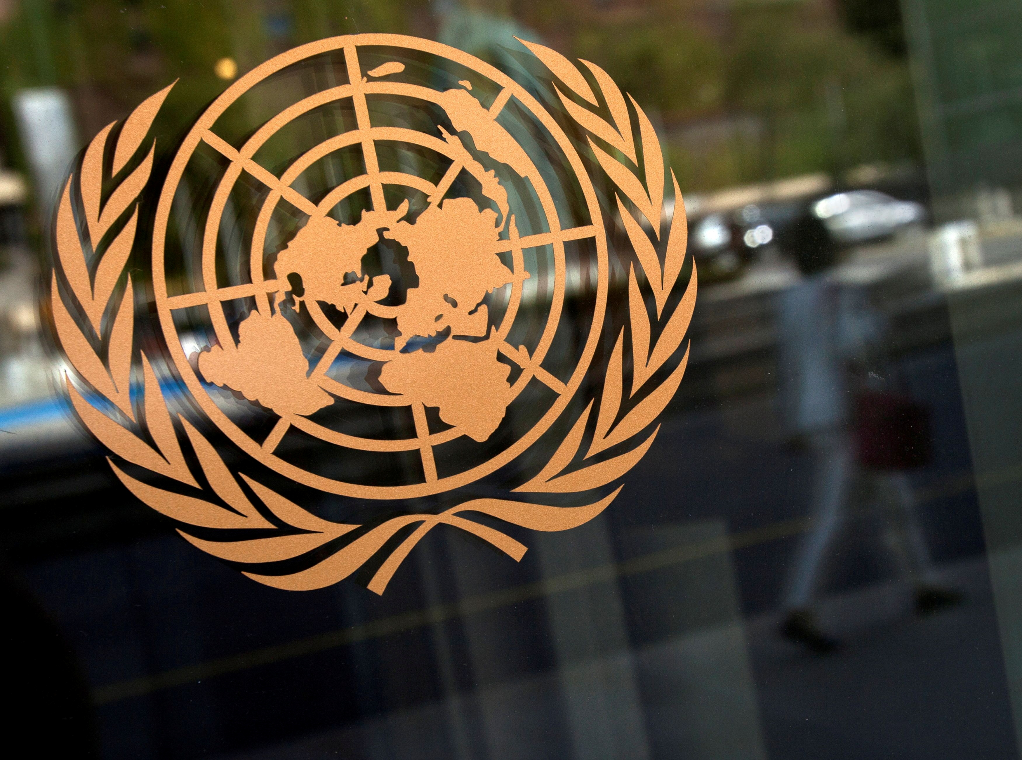 The logo of the United Nations is seen on the outside of the U.N. headquarters in New York, September 15, 2013.  REUTERS/Carlo Allegri