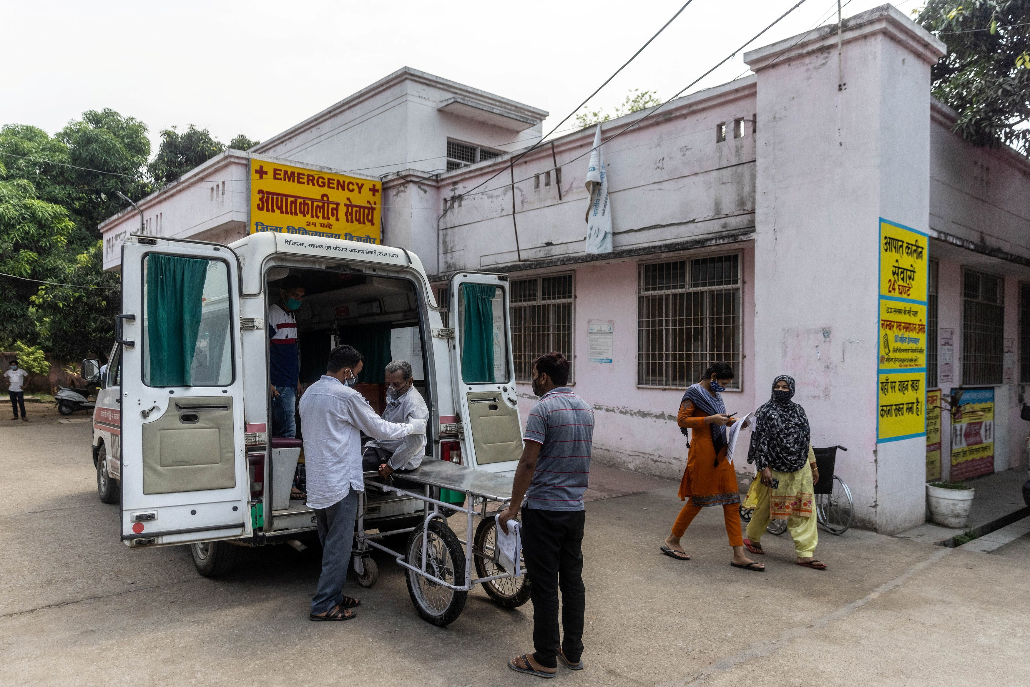 Relatives help Jagdish Singh, 57, out of an ambulance outside a government-run hospital to receive treatment, amidst the coronavirus disease (COVID-19) pandemic, in Bijnor district, Uttar Pradesh, India, May 11, 2021. REUTERS/Danish Siddiqui