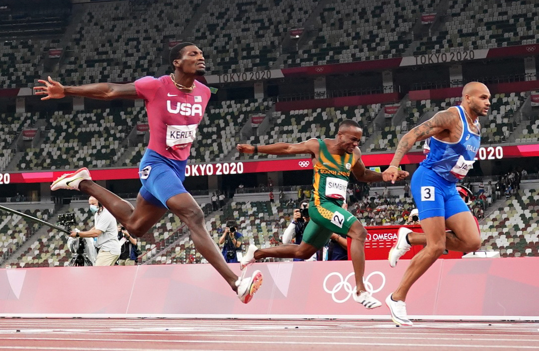 Tokyo 2020 Olympics - Athletics - Men's 100m - Final - OLS - Olympic Stadium, Tokyo, Japan - August 1, 2021. Lamont Marcell Jacobs of Italy, Fred Kerley of the United States and Akani Simbine of South Africa in action REUTERS/Fabrizio Bensch