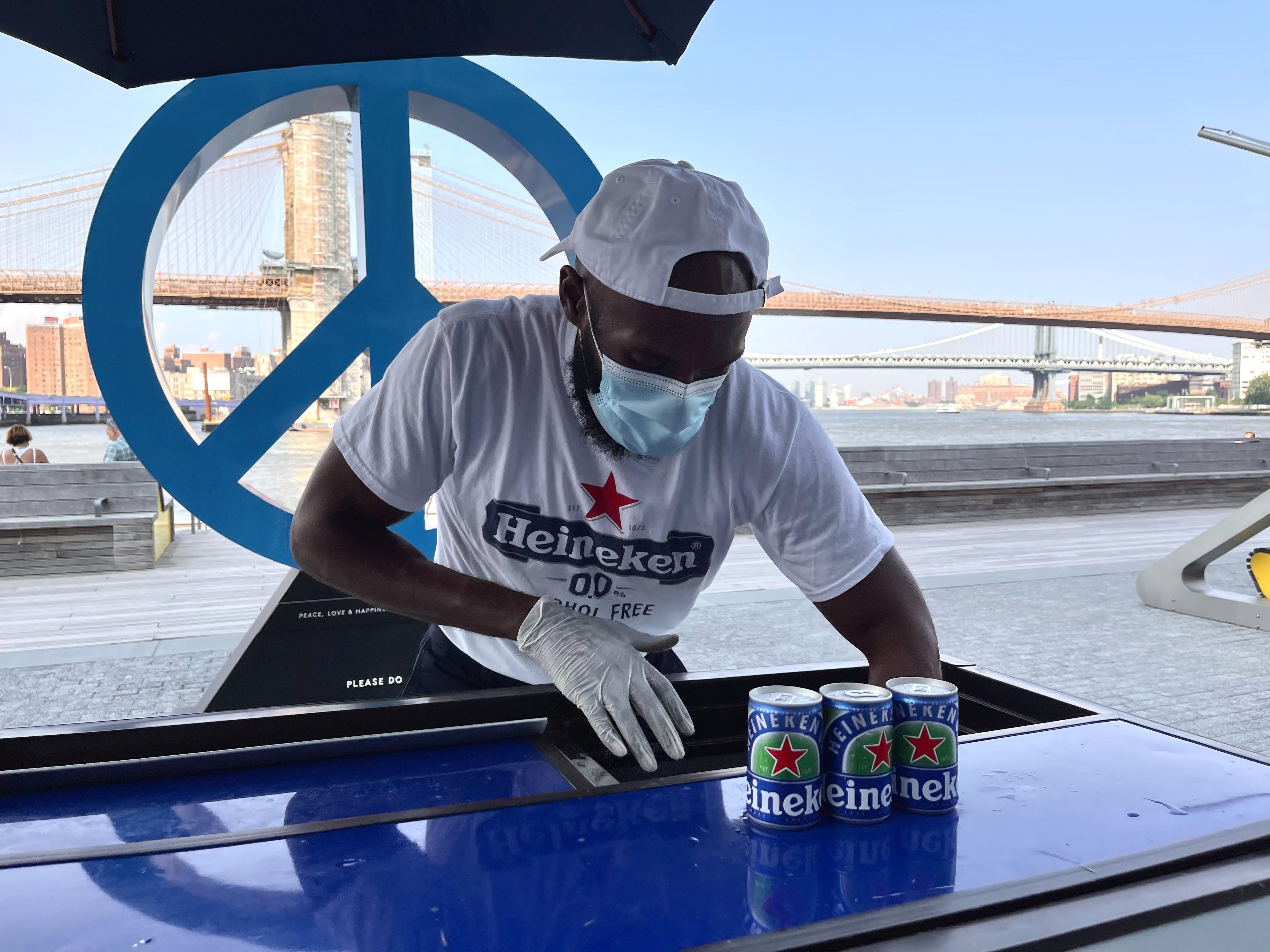 Банки безалкогольного пива Heineken можна побачити на заході проб на пристані 17 в районі морського порту міста Нью-Йорк, штат Нью-Йорк, США, 15 липня 2021 року. REUTERS / Джойс Філіпп