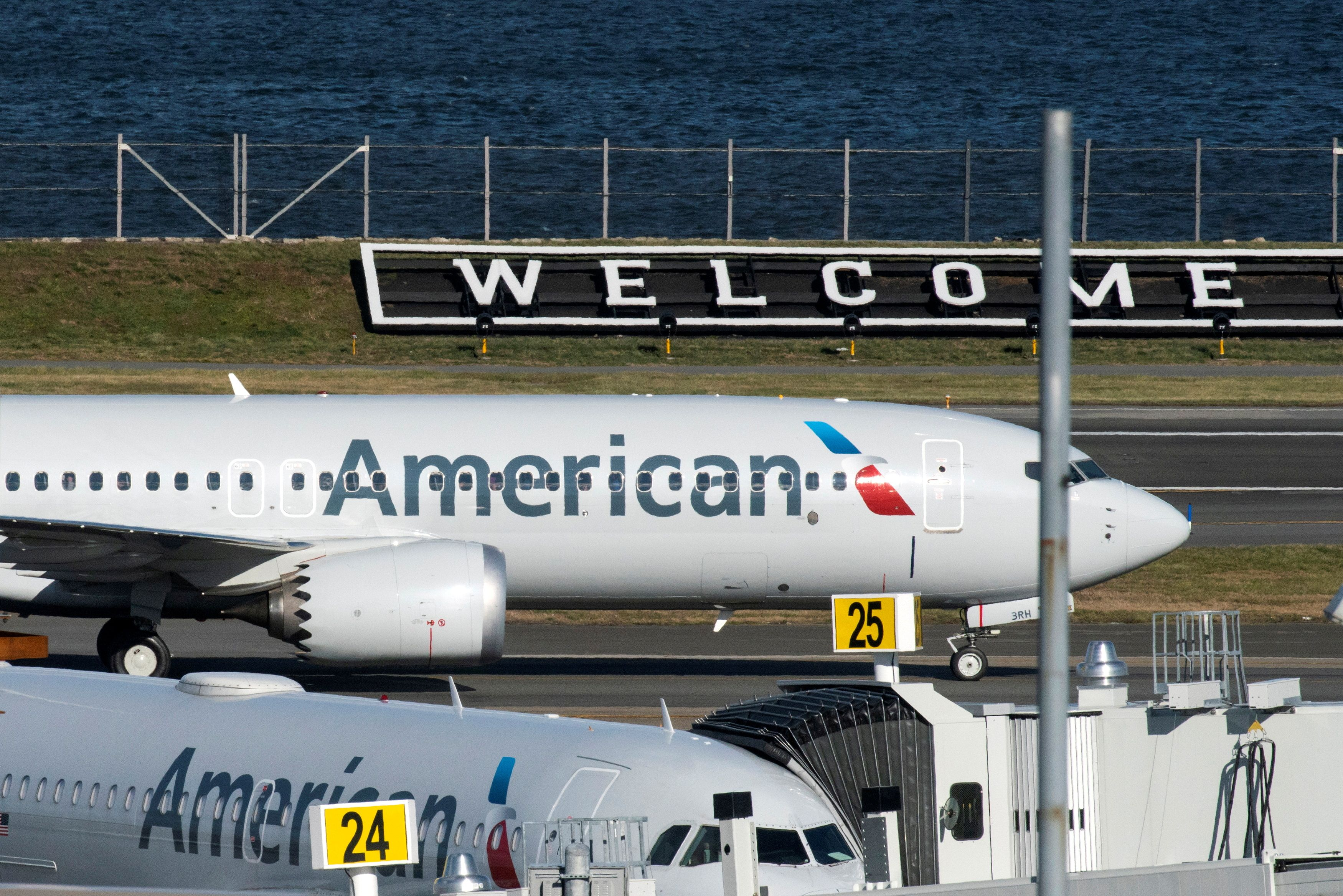 American Airlines flight 718, the first U.S. Boeing 737 MAX commercial flight since regulators lifted a 20-month grounding in November, lands at LaGuardia airport in New York, U.S. December 29, 2020.  REUTERS/Eduardo Munoz/File Photo