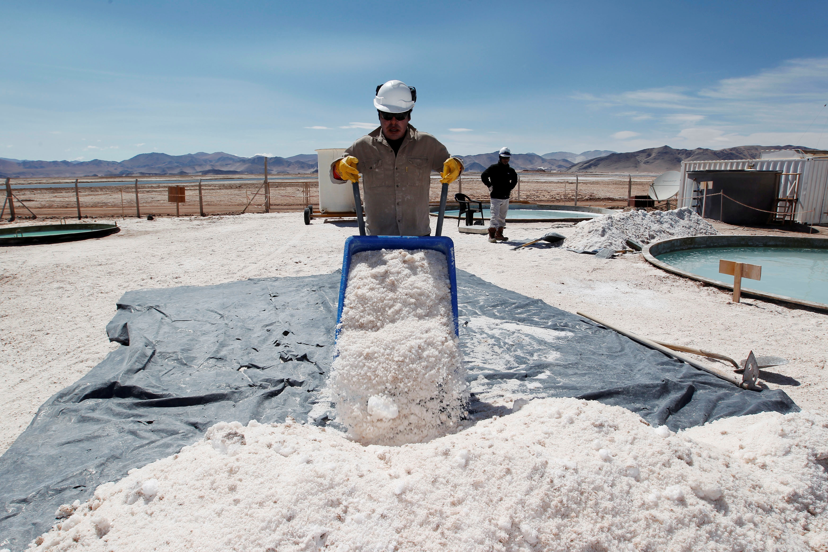 Braulio Lopez of Galaxy Resources lithium mining division carts halite concentrate at the Salar del Hombre Muerto, or Dead Man's Salt Flat, an important source of lithium at around 4,000 meters (13,123 feet) above sea level on the border of the northern Argentine provinces of Catamarca and Salta, October 28, 2012. REUTERS/Enrique Marcarian/File Photo/File Photo