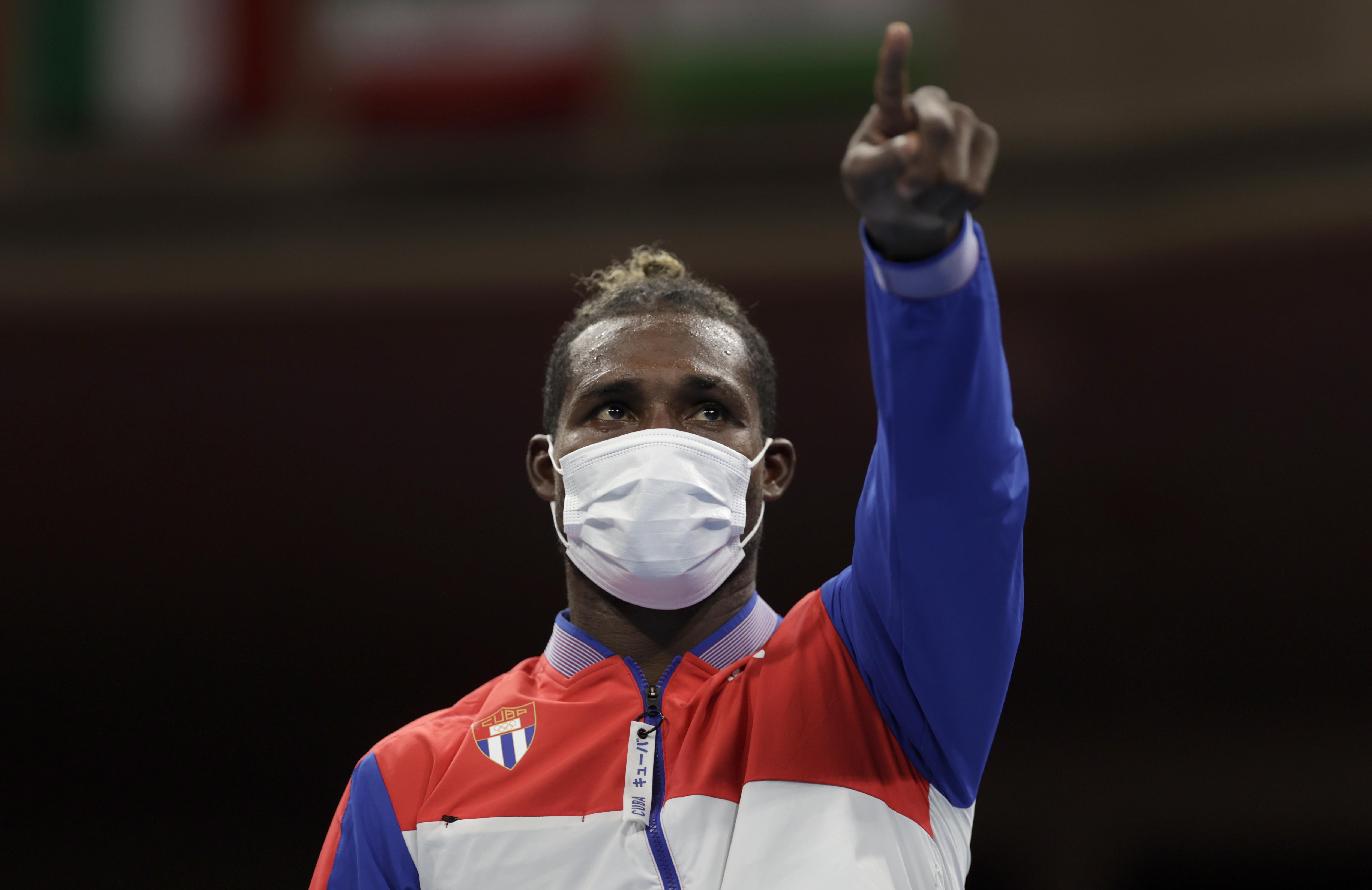 Tokyo 2020 Olympics - Boxing - Men's Heavyweight - Medal Ceremony - Kokugikan Arena - Tokyo, Japan - August 6, 2021. Gold medallist Julio Cesar La Cruz of Cuba poses for photos. REUTERS/Ueslei Marcelino