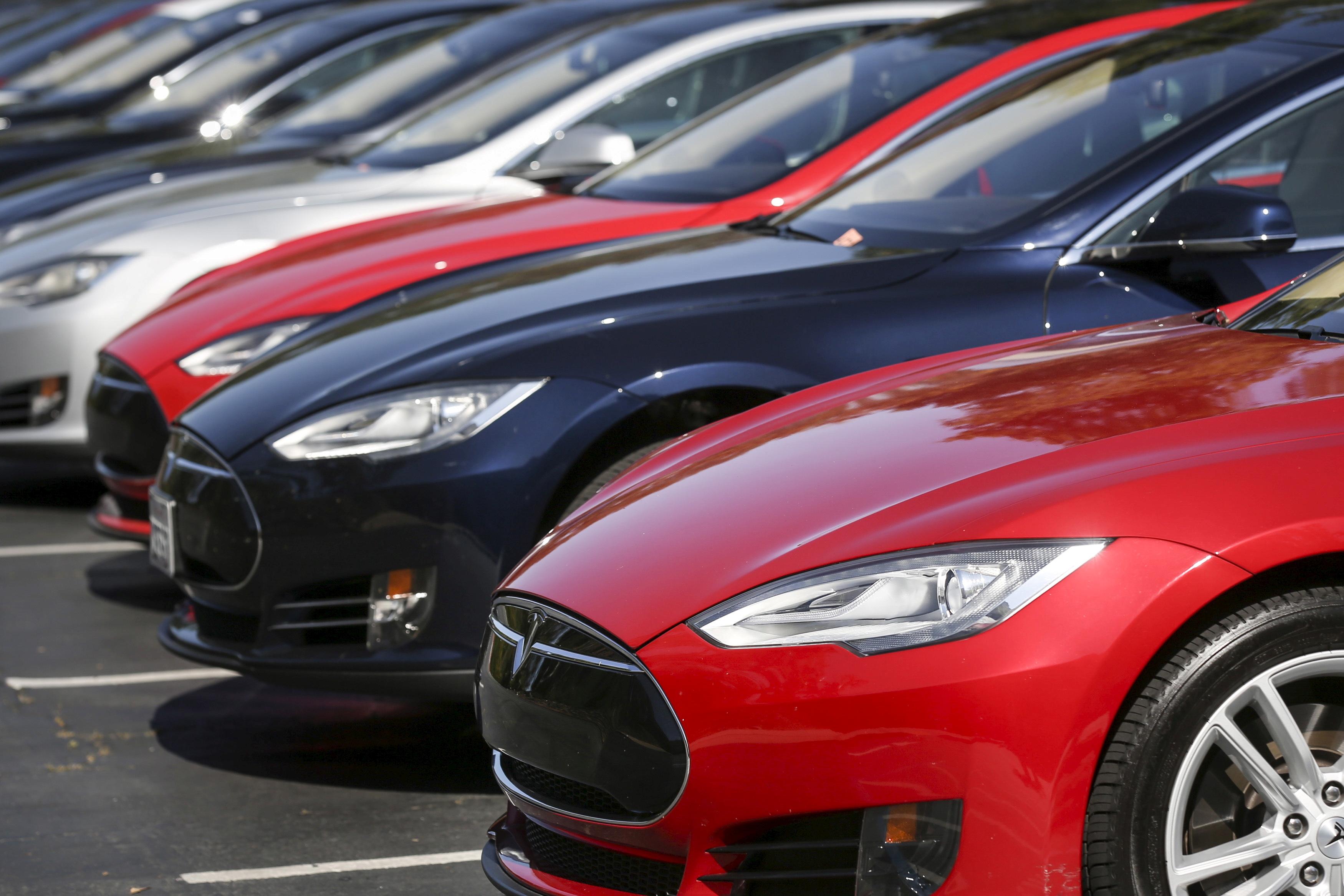 A row of Tesla Model S sedans are seen outside the company's headquarters in Palo Alto, California April 30, 2015. REUTERS/Elijah Nouvelage