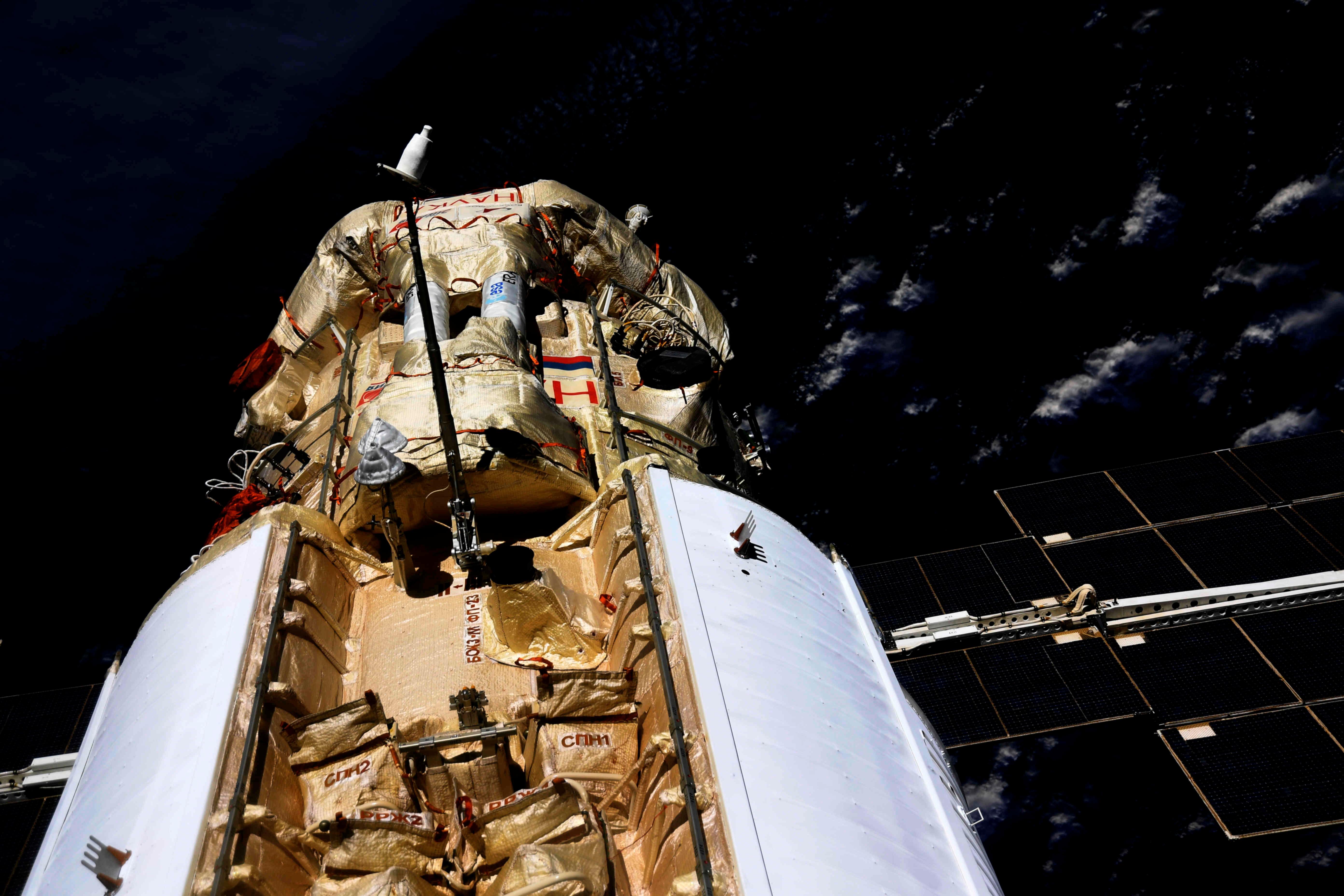"""Шматмэтавы лабараторны модуль """"Наука"""" (навука) размешчаны на стыкоўцы з Міжнароднай касмічнай станцыяй (МКС) 29 ліпеня 2021 года. Алег Навіцкі/Раскосмас/Раздача праз REUTERS"""