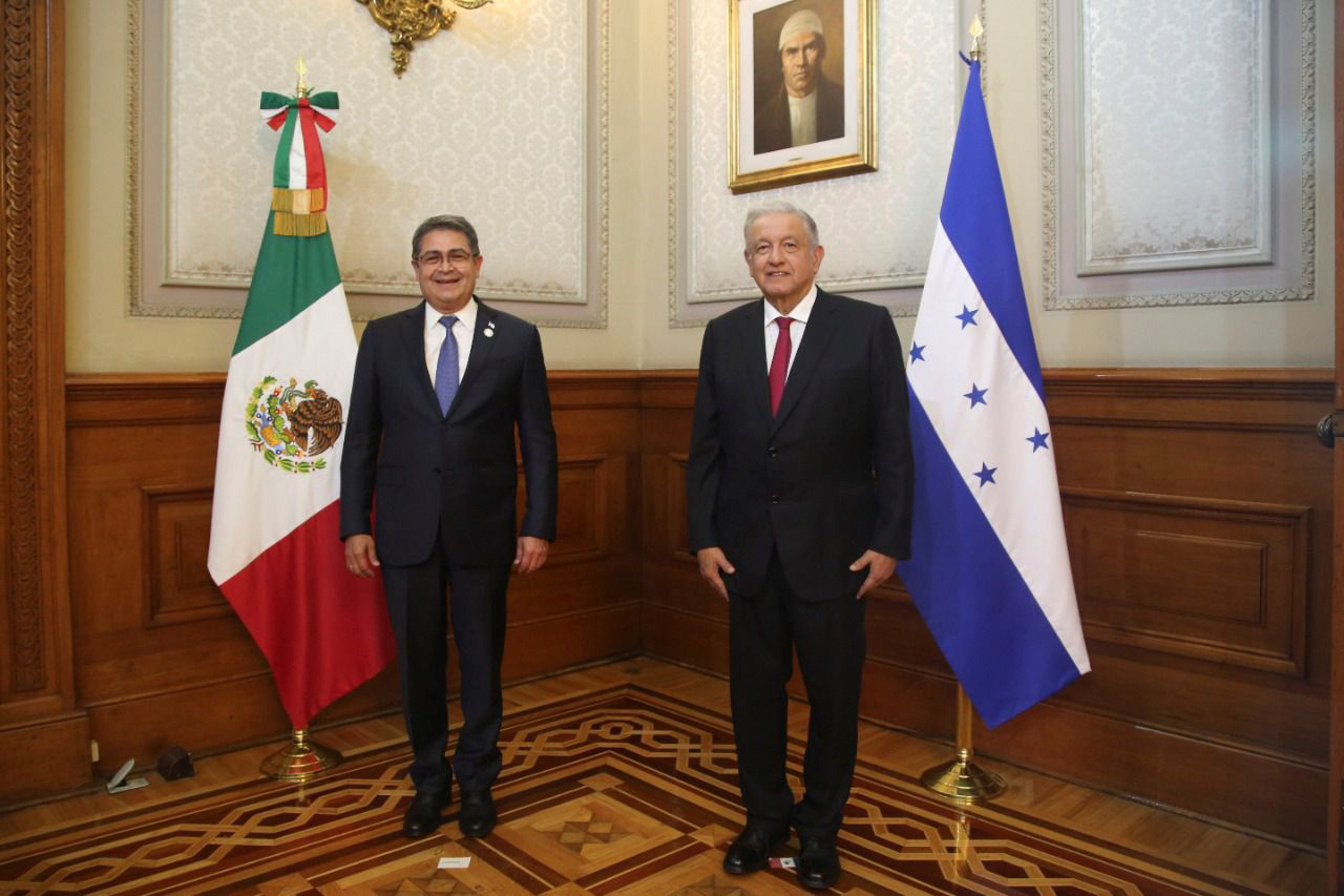 Mexico's President Andres Manuel Lopez and his Honduran counterpart Juan Orlando Hernandez pose for a photo at the National Palace ahead of the summit of the Community of Latin American and Caribbean States (CELAC), in Mexico City, Mexico September 17, 2021. Mexico's Presidency/Handout via REUTERS ATTENTION EDITORS - THIS IMAGE HAS BEEN SUPPLIED BY A THIRD PARTY. NO RESALES. NO ARCHIVES