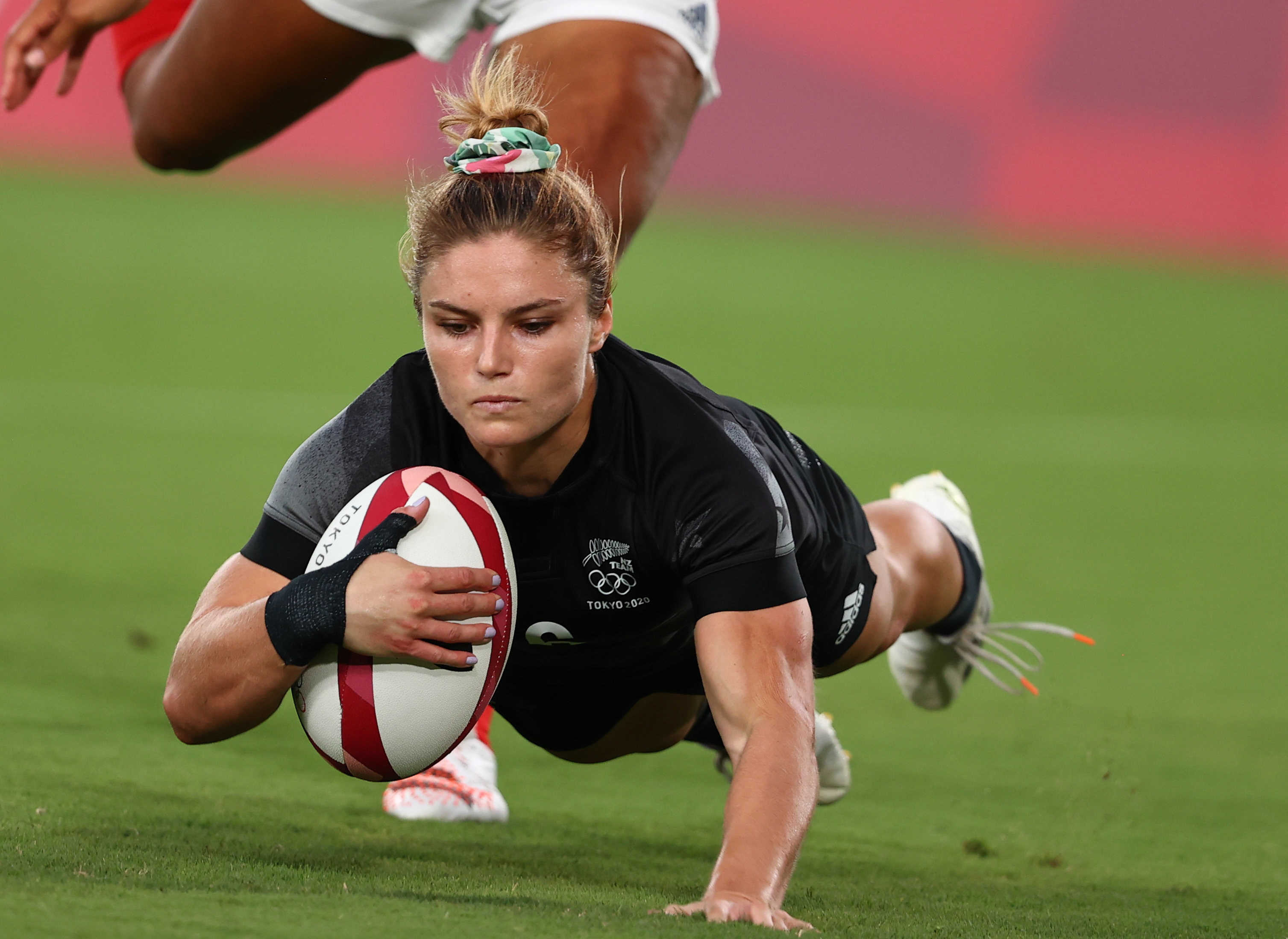 Tokyo 2020 Olympics - Rugby Sevens - Women - Pool A - New Zealand v Britain - Tokyo Stadium - Tokyo, Japan - July 29, 2021. Michaela Blyde of New Zealand scores a try. REUTERS/Siphiwe Sibeko