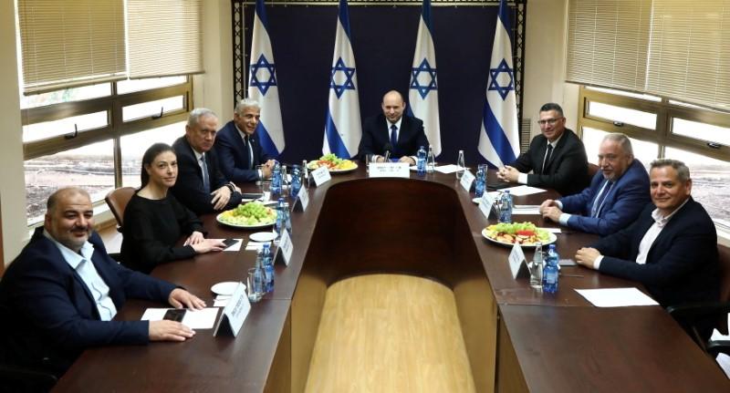 مجوزہ نئی اتحادی حکومت کے پارٹی رہنماؤں ، جن میں متحدہ عرب کی فہرست میں شامل پارٹی کے رہنما منصور عباس ، لیبر پارٹی کے رہنما میروک مائیکل ، بلیو اور وائٹ پارٹی کے رہنما بینی گانٹز ، یش ایٹیڈ کے رہنما ییر لاپڈ ، یمینہ پارٹی کے رہنما نفتالی بینیٹ ، نیو امید پارٹی کے رہنما جدون سار شامل ہیں۔ یروشلم میں ، 13 جون ، 2021 میں یسرایل بیٹینو پارٹی کے رہنما ایگڈور لیبرمین اور میرٹز پارٹی کے رہنما نیتزان ہارووٹز اسرائیلی پارلیمنٹ ، کینیسیٹ میں تصویر کے لئے تصویر پیش کر رہے ہیں۔ / REUTERS کے ذریعے ہینڈ آؤٹ