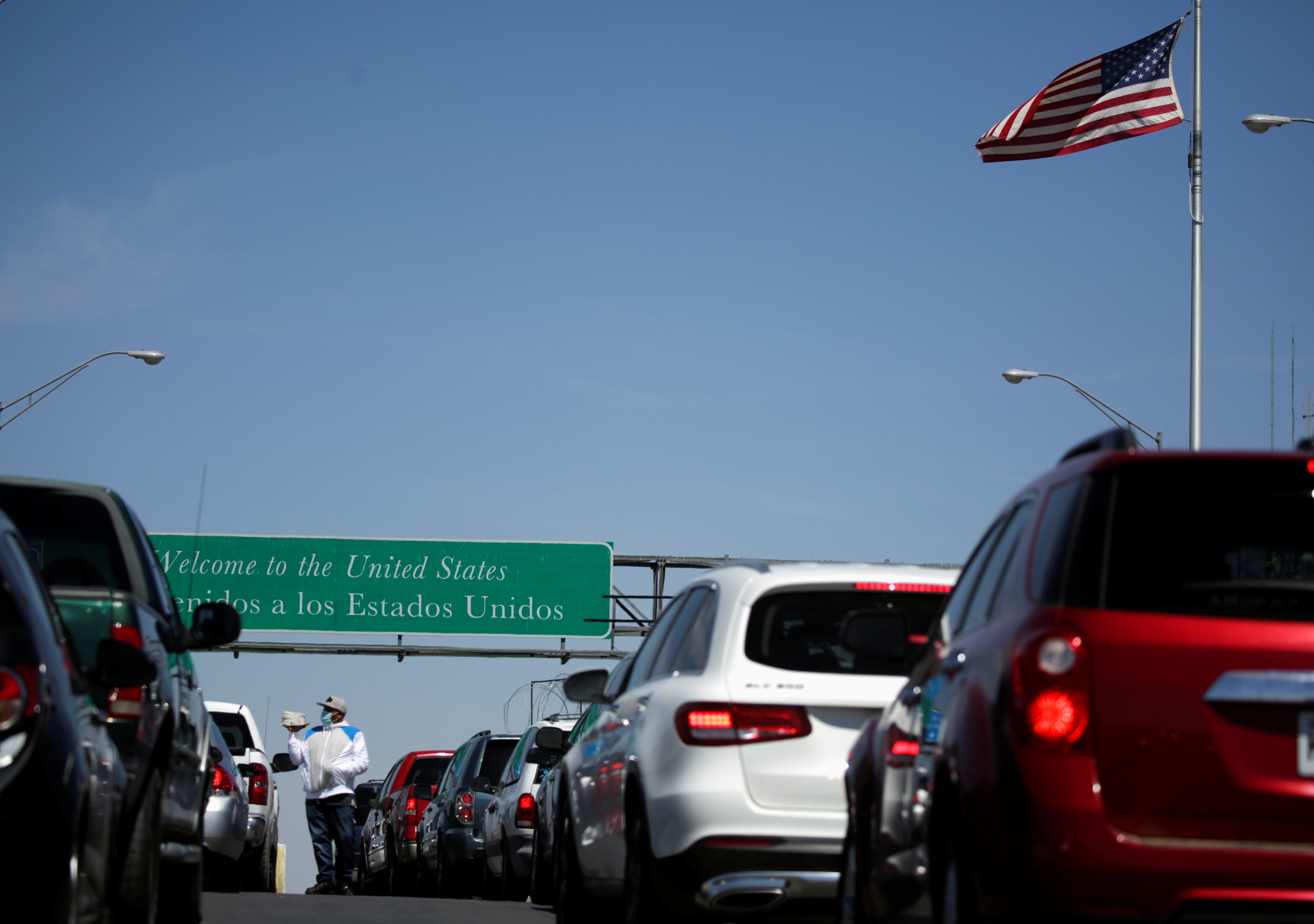 Vehicles wait in line to cross the Cordova Bridge of the Americas (El Paso CBOA) towards El Paso, Texas, U.S., as Mexico's Department of Foreign Relations requested another month-long extension on land-crossing restrictions at the U.S.-Mexico border due to the coronavirus disease (COVID-19) outbreak, in Ciudad Juarez, Mexico March 18, 2021. REUTERS/Jose Luis Gonzalez