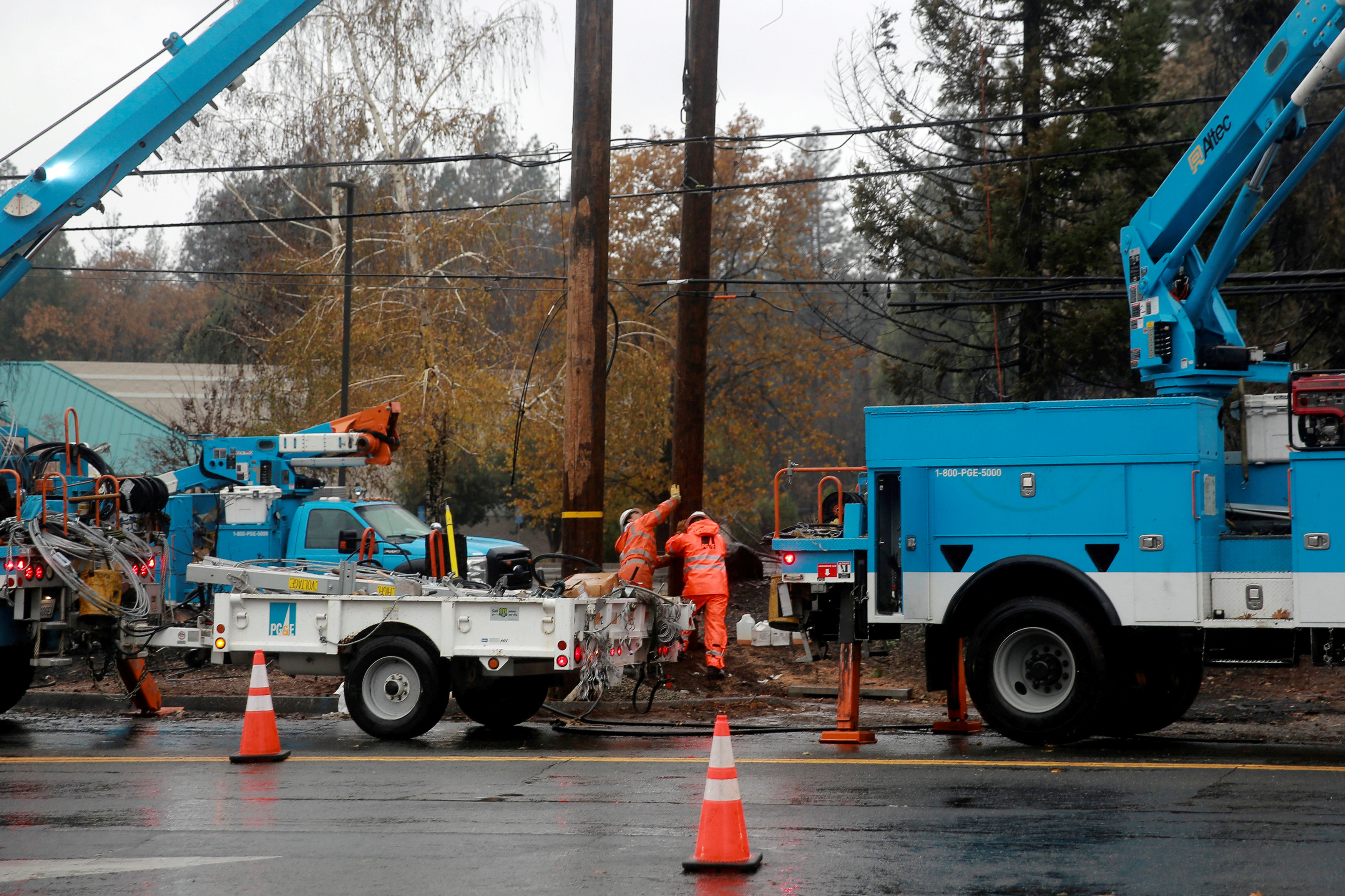 PG&E works on power lines to repair damage caused by the Camp Fire in Paradise, California, U.S. November 21, 2018. REUTERS/Elijah Nouvelage/File Photo