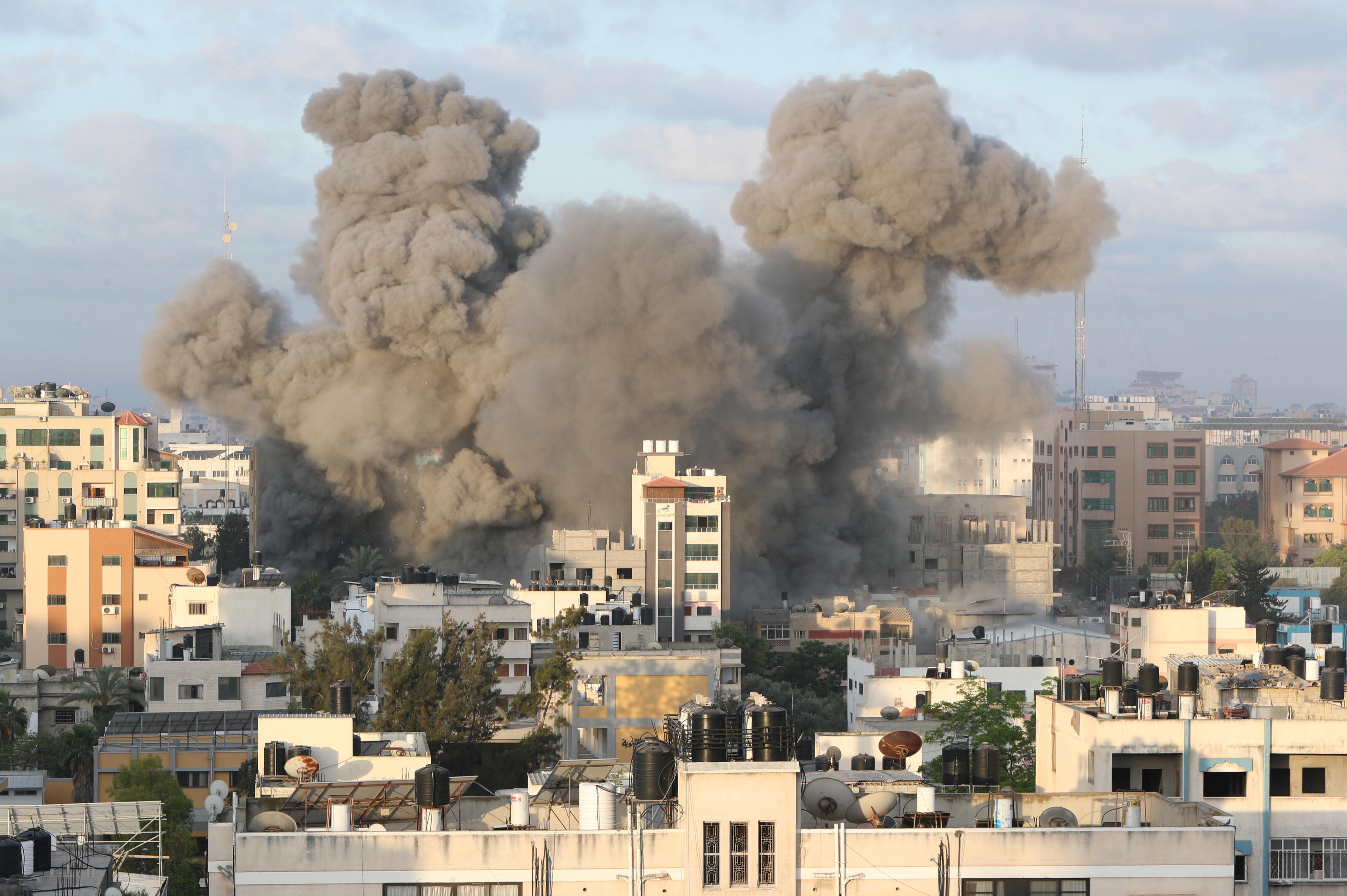 El humo se eleva tras un ataque aéreo israelí contra un edificio, en medio de un estallido de los combates entre israelíes y palestinos, en la ciudad de Gaza el 18 de mayo de 2021. REUTERS / Mohammed Salem